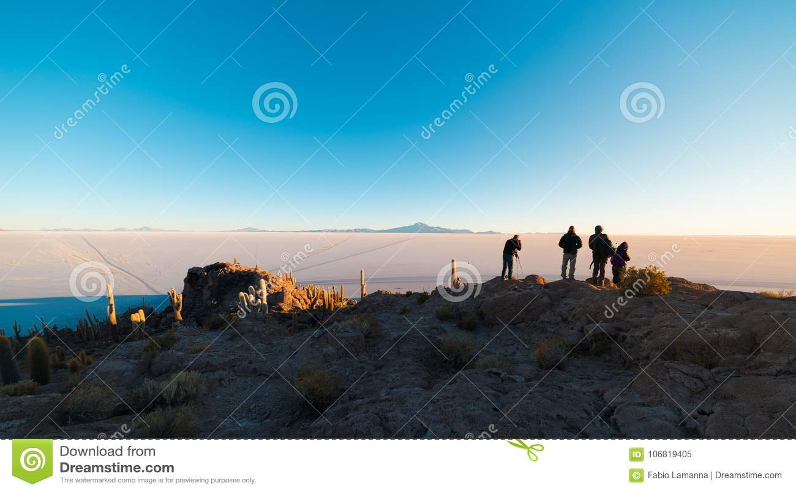 Toeristen die op zonsopgang letten bij de Zoute Vlakte van Uyuni, reisbestemming in Bolivië Brede die hoek van de top van Incahua