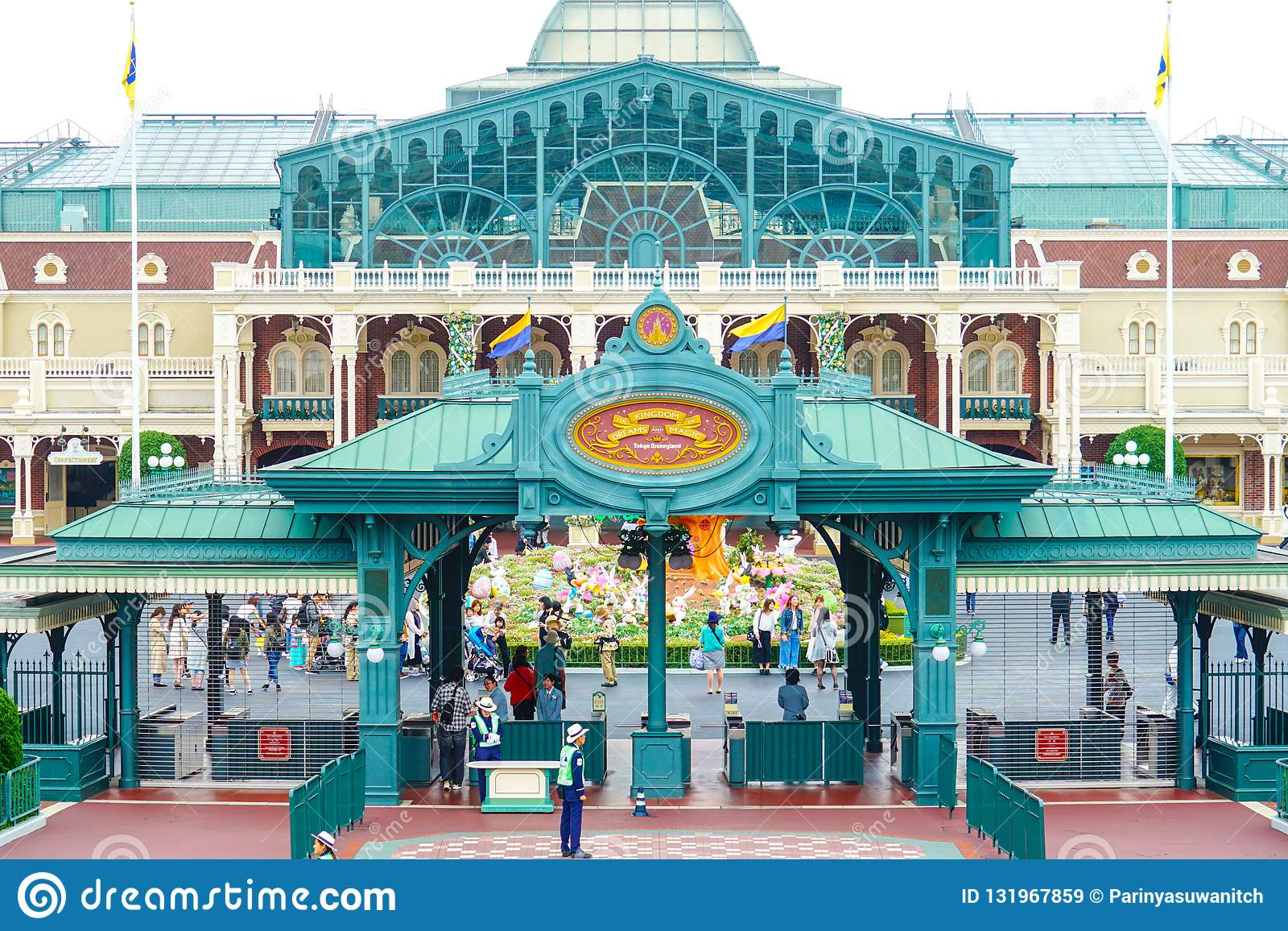 Toeristen die Tokyo Disneyland in Urayasu, Chiba, Japan ingaan