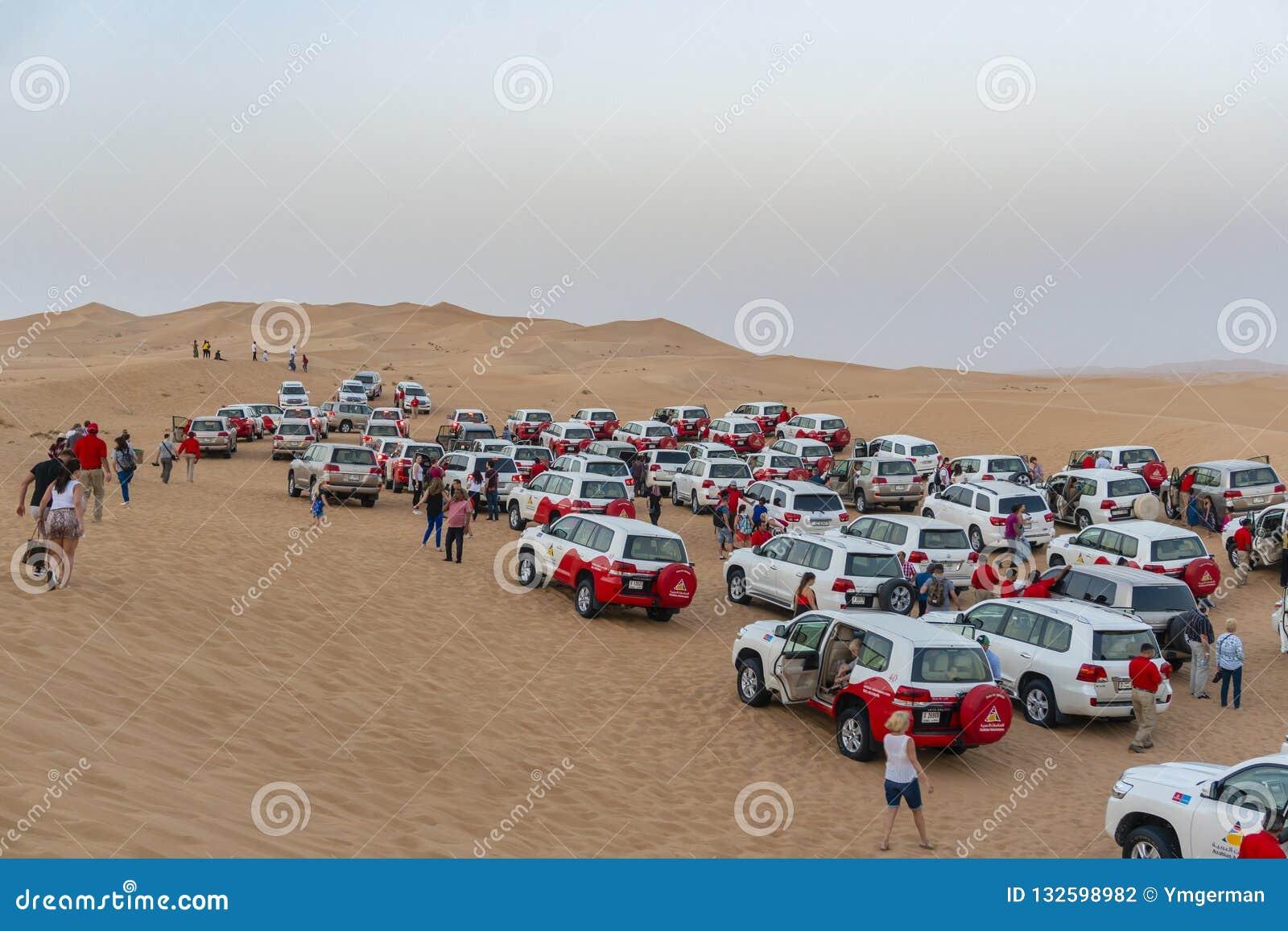 Toeristen die woestijn bij safari in Doubai aansluiten zich