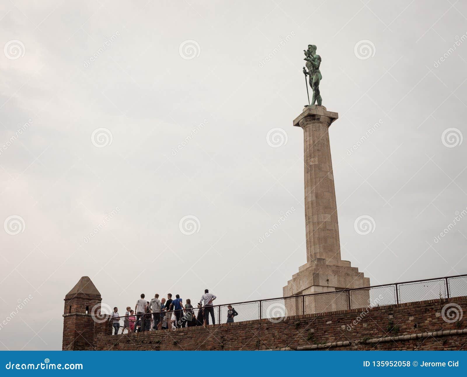 Toeristen die zich in die menigte voor Kampioenstandbeeld bevinden op Kalemegdan-vesting, van de bodem wordt gezien