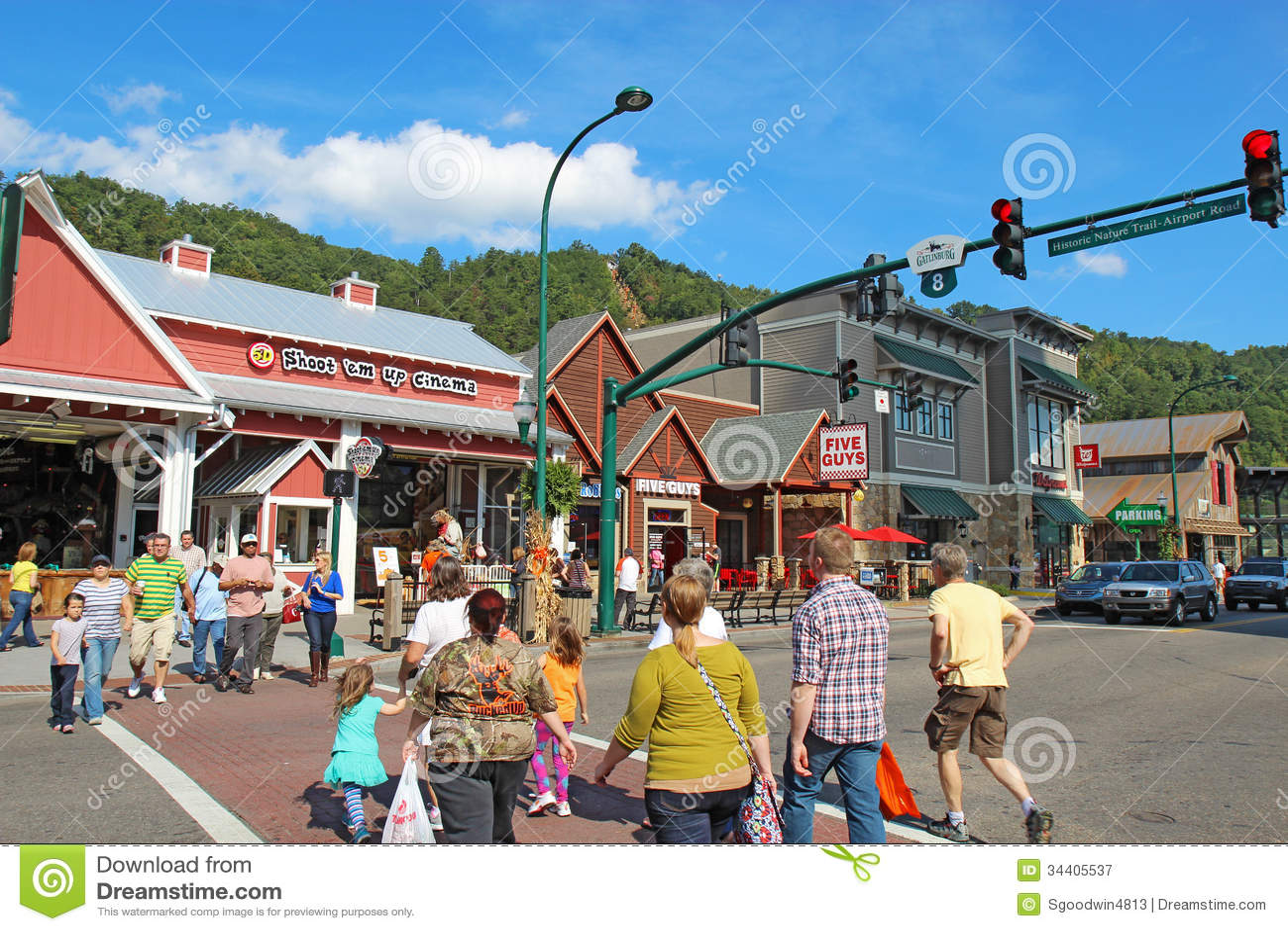 Toeristen en verkeer bij rood licht 8 op de hoofdweg door Gat