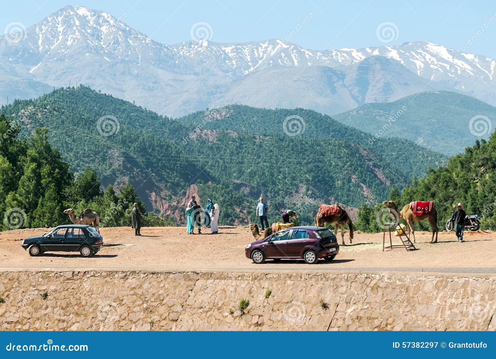 Toeristen met kameel in de bergen