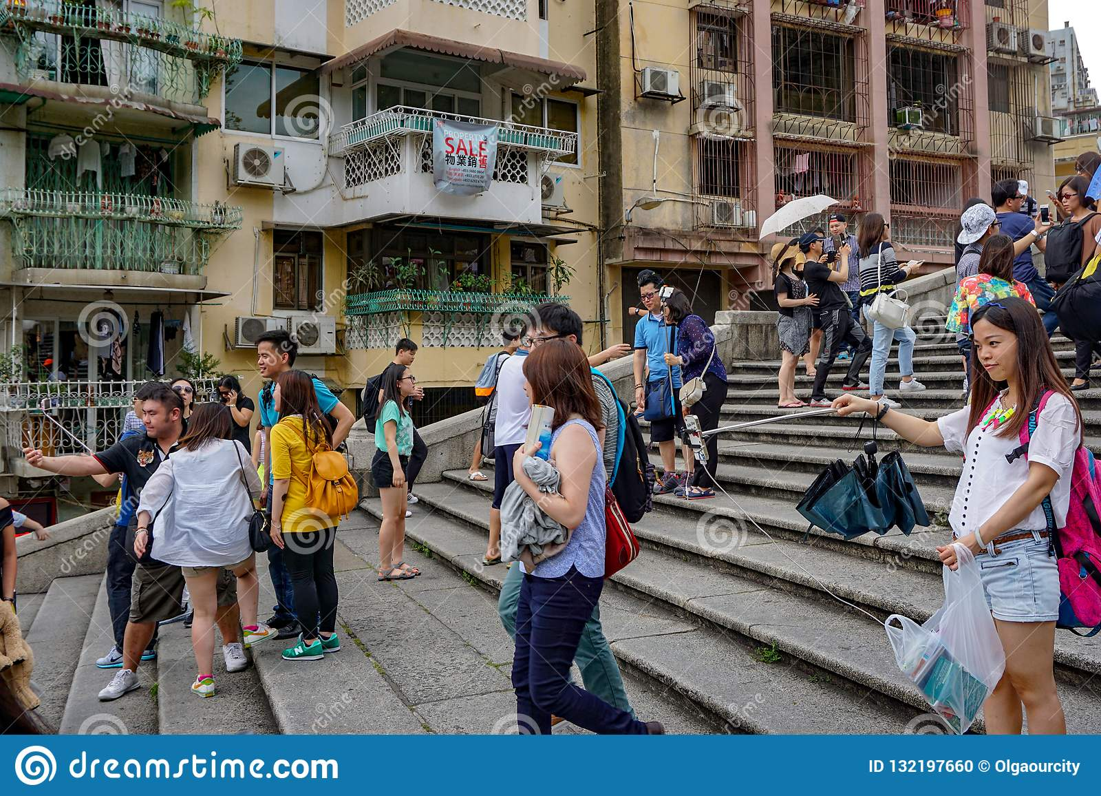 Toeristen met selfiestok van de stappen van Macao
