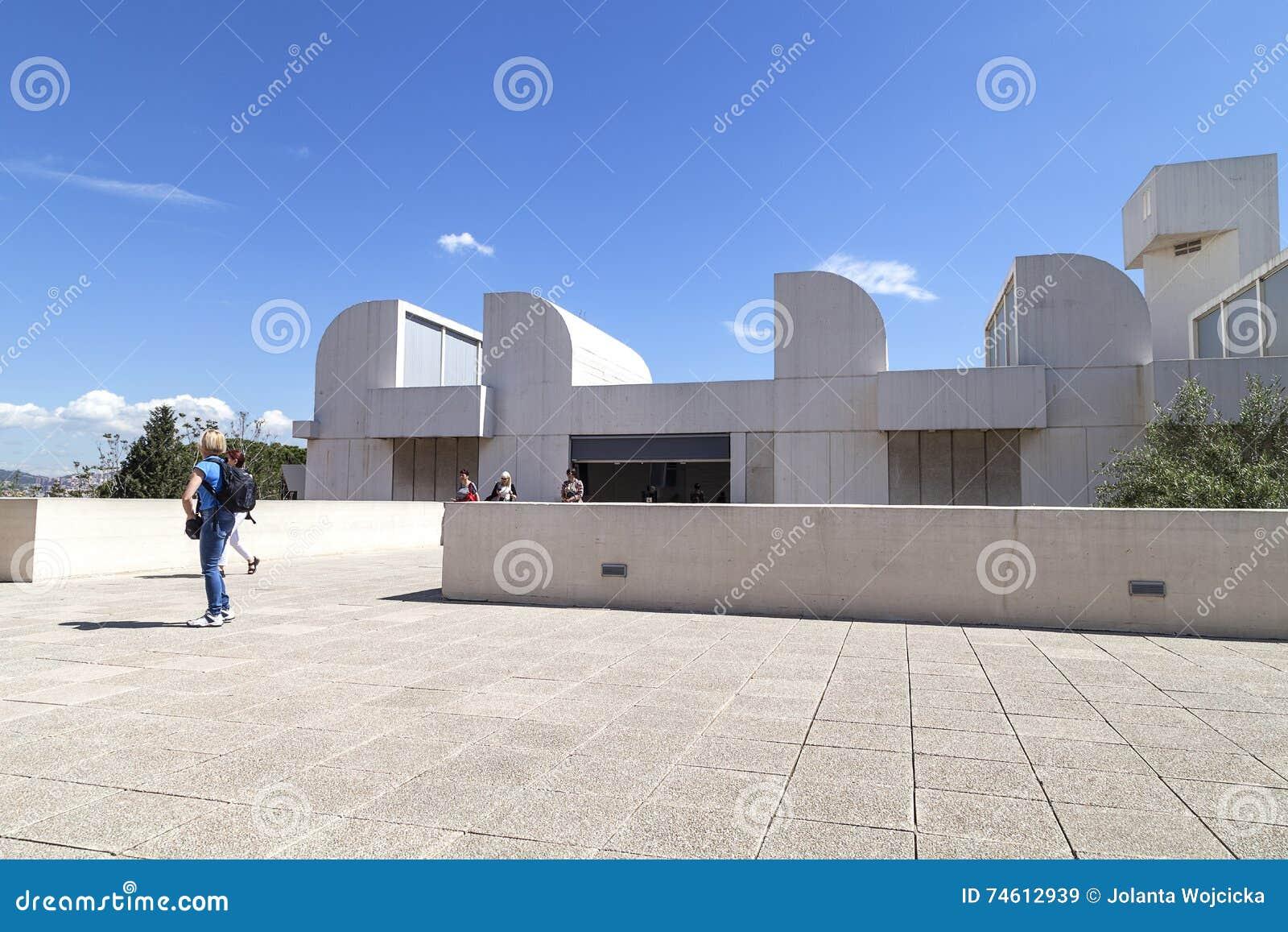 Toeristen op het terras van bouwjoan miro foundation barcelona