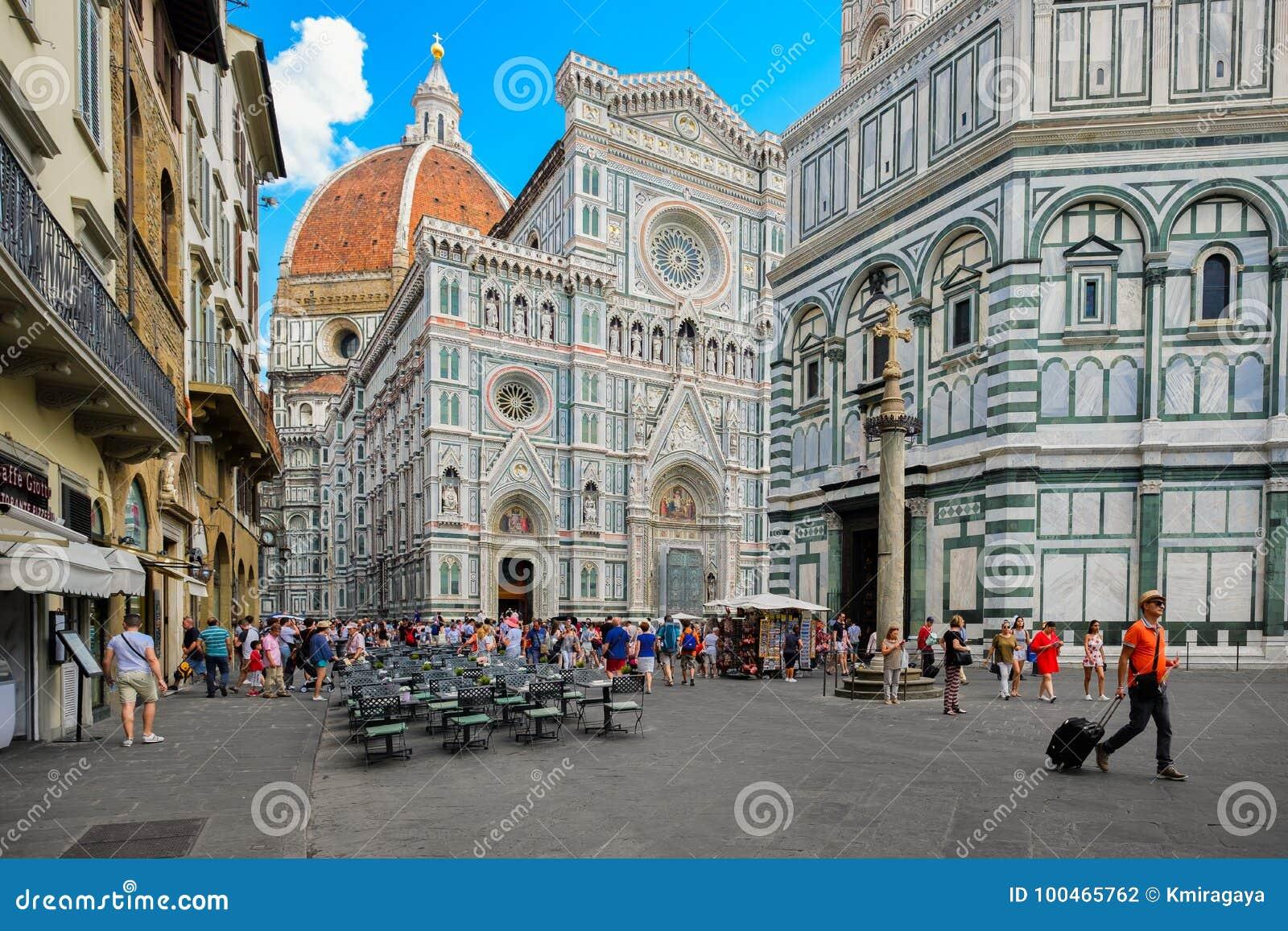 Toeristen in Piazza del Duomo met een mening van de Kathedraal in Florence, Italië
