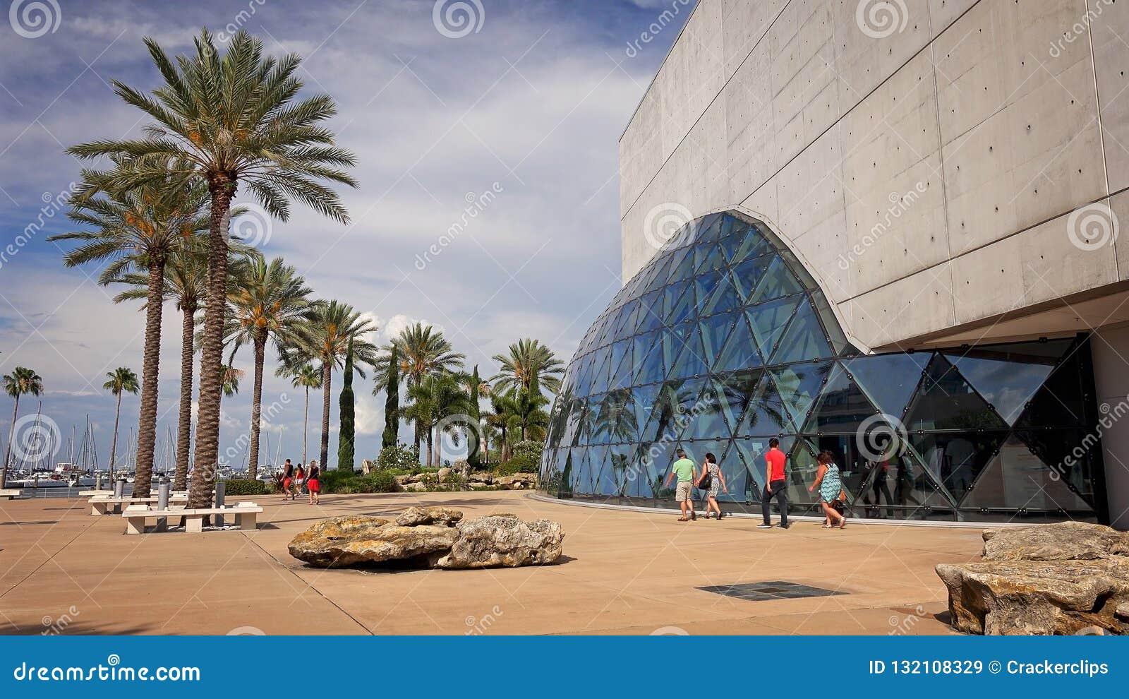 Toeristen in Salvador Dali Museum in St. Petersburg, Florida