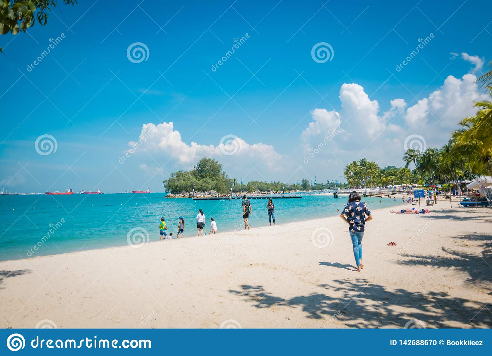 Toeristen in Siloso-strand, Sentosa-eiland, Singapore