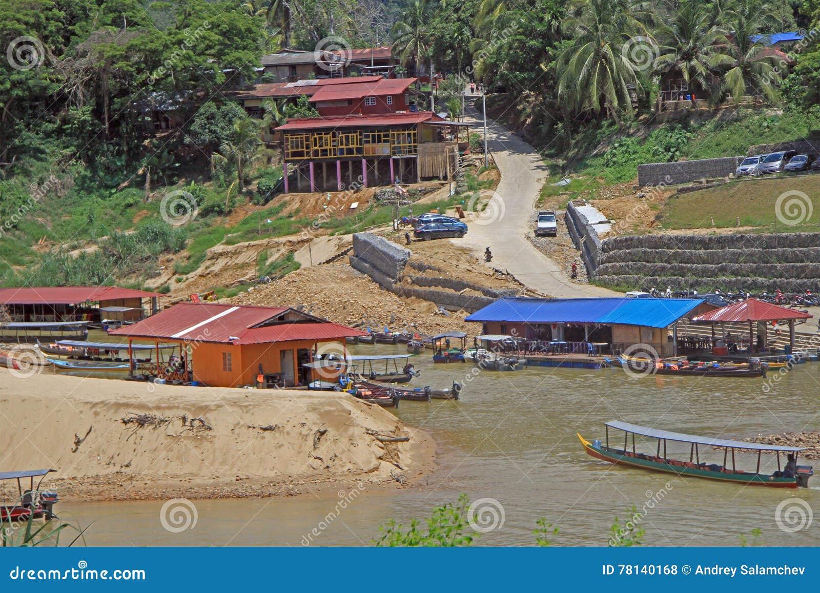 Toeristenboten op Tembeling-rivier in het Nationale Park van Taman Negara