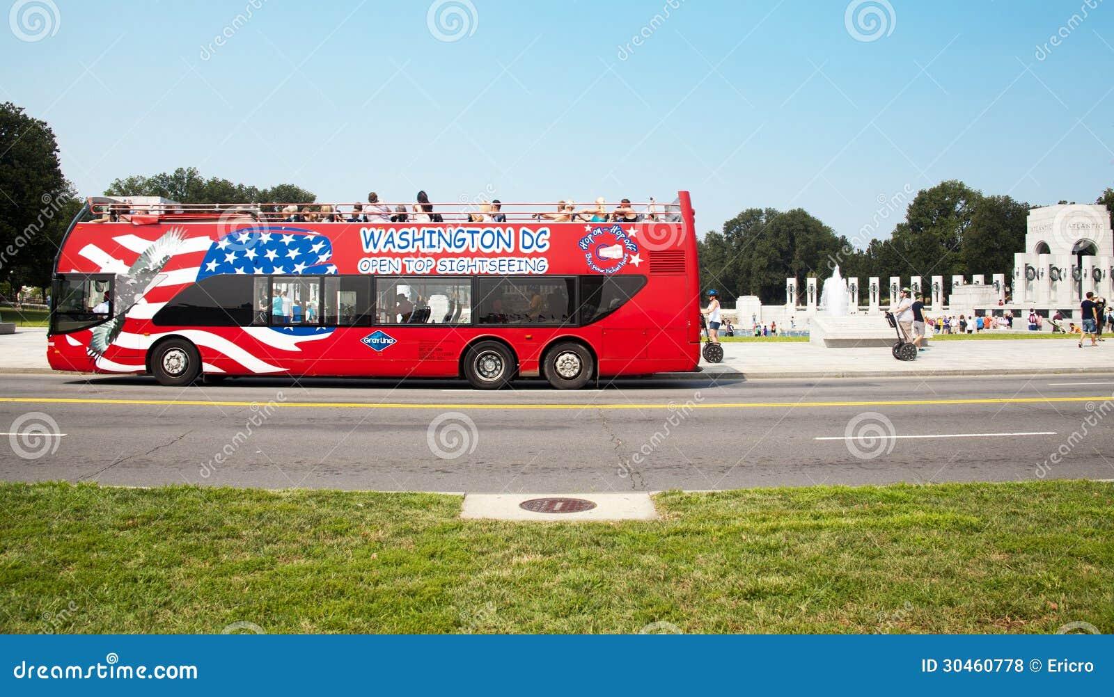 Toeristenbus en WO.II-gedenkteken