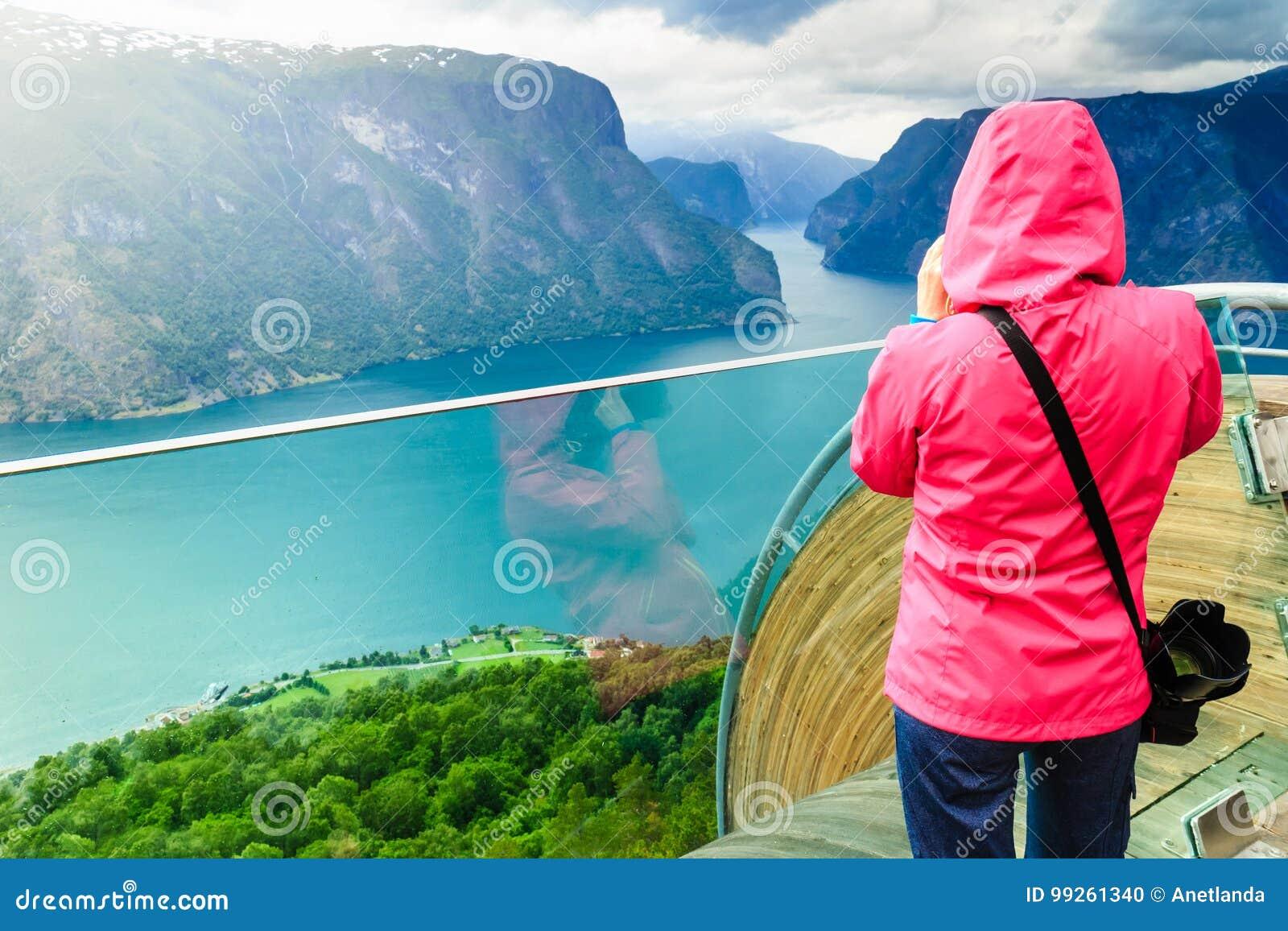 Toeristenfotograaf met camera op Stegastein-vooruitzicht, Noorwegen