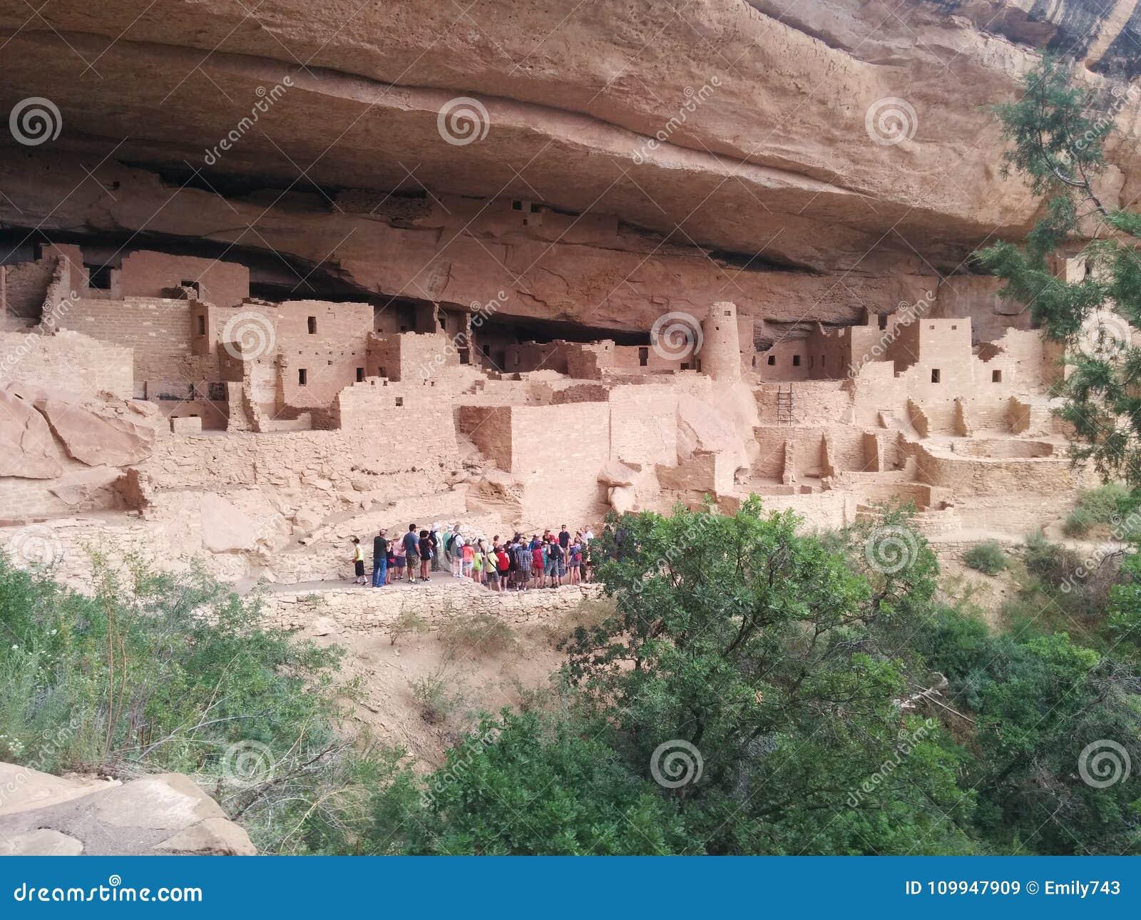 Toeristengroep bij complex van oude ruïnes in Mesa Verde National Park