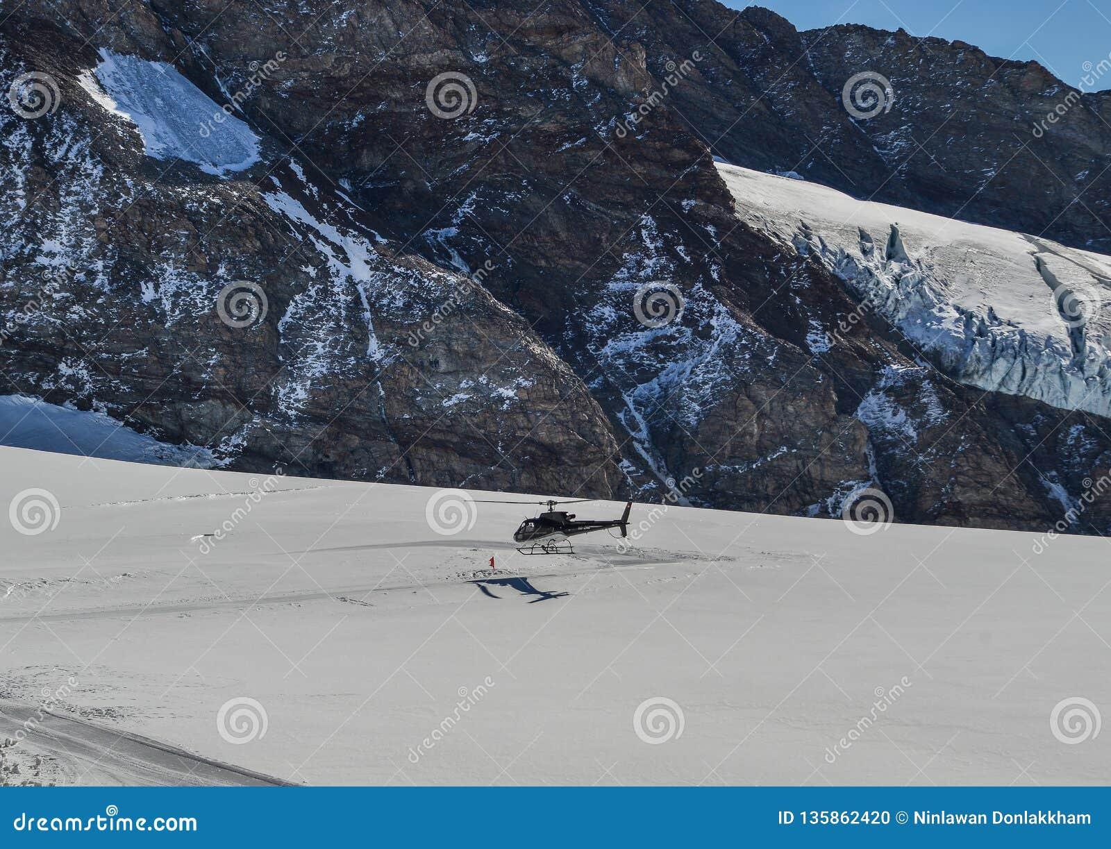 Toeristenhelikopter die op de gletsjer landen