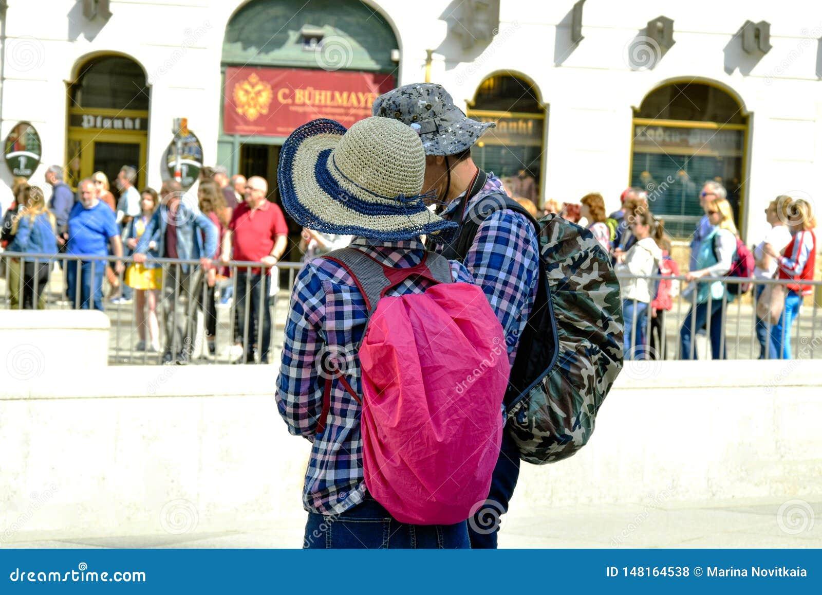 Toeristenman en vrouw met rugzakken, achtermening
