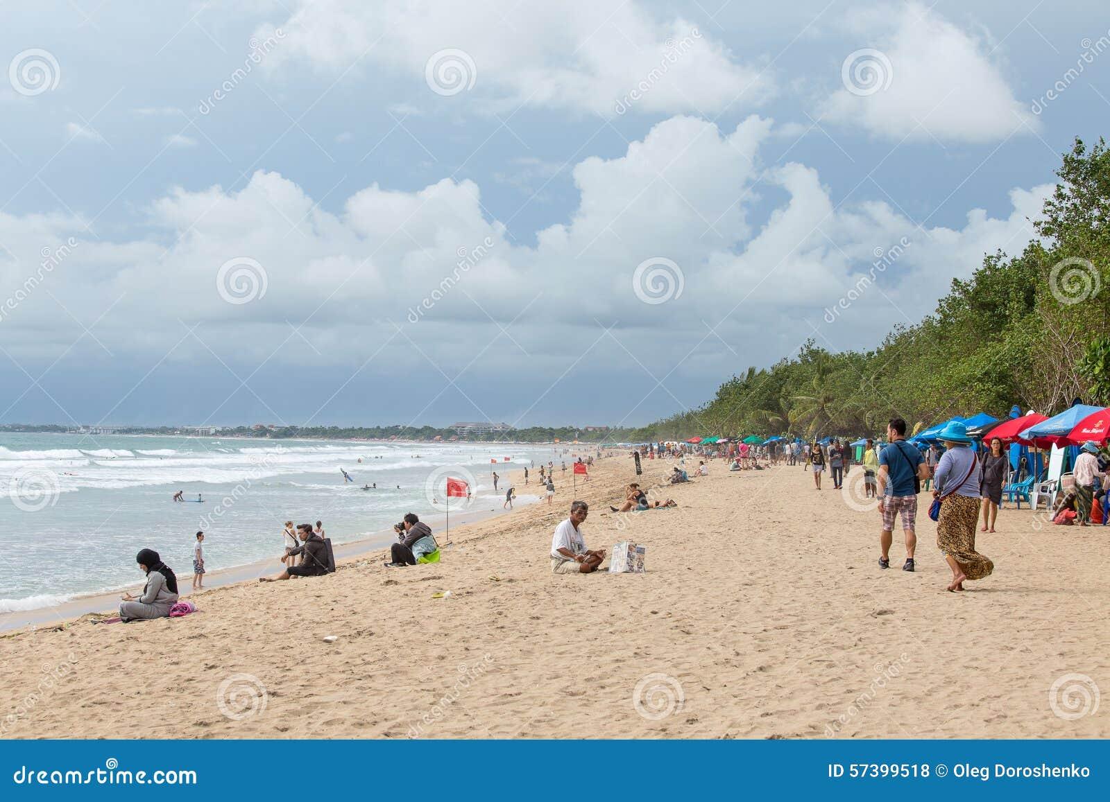 Toeristenvrije tijd op het tropische strand in Bali