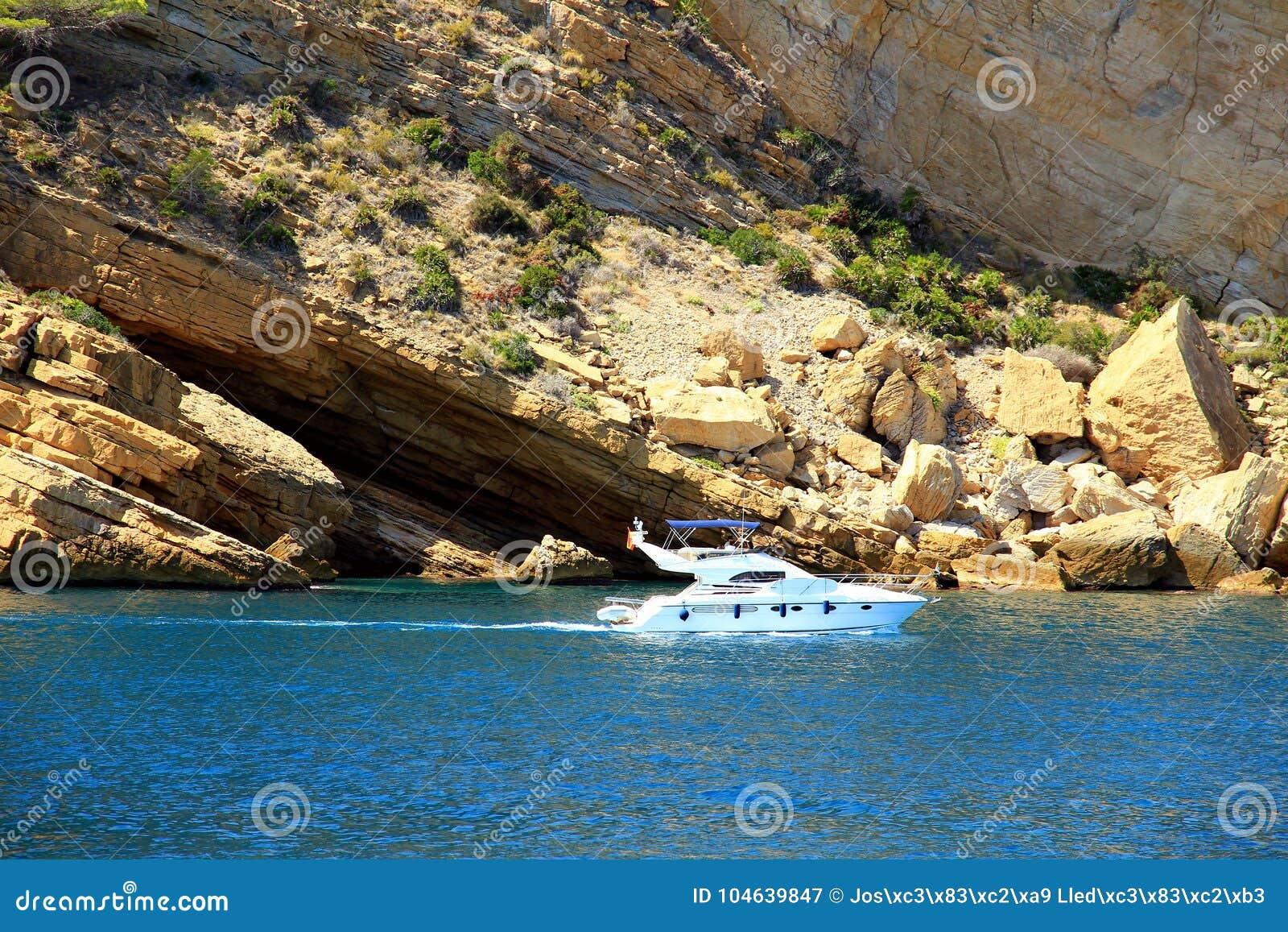 Download Toeristische Kust Van Moraira Met Al Type Van Jachten En Zeilboten Redactionele Fotografie - Afbeelding bestaande uit zeilboten, vakantie: 104639847