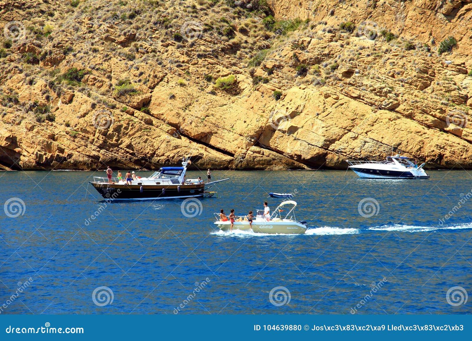 Download Toeristische Kust Van Moraira Met Al Type Van Jachten En Zeilboten Redactionele Afbeelding - Afbeelding bestaande uit sluit, marina: 104639880