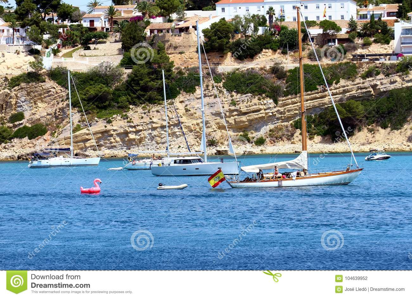 Download Toeristische Kust Van Moraira Met Al Type Van Jachten En Zeilboten Redactionele Fotografie - Afbeelding bestaande uit klip, oceaan: 104639952