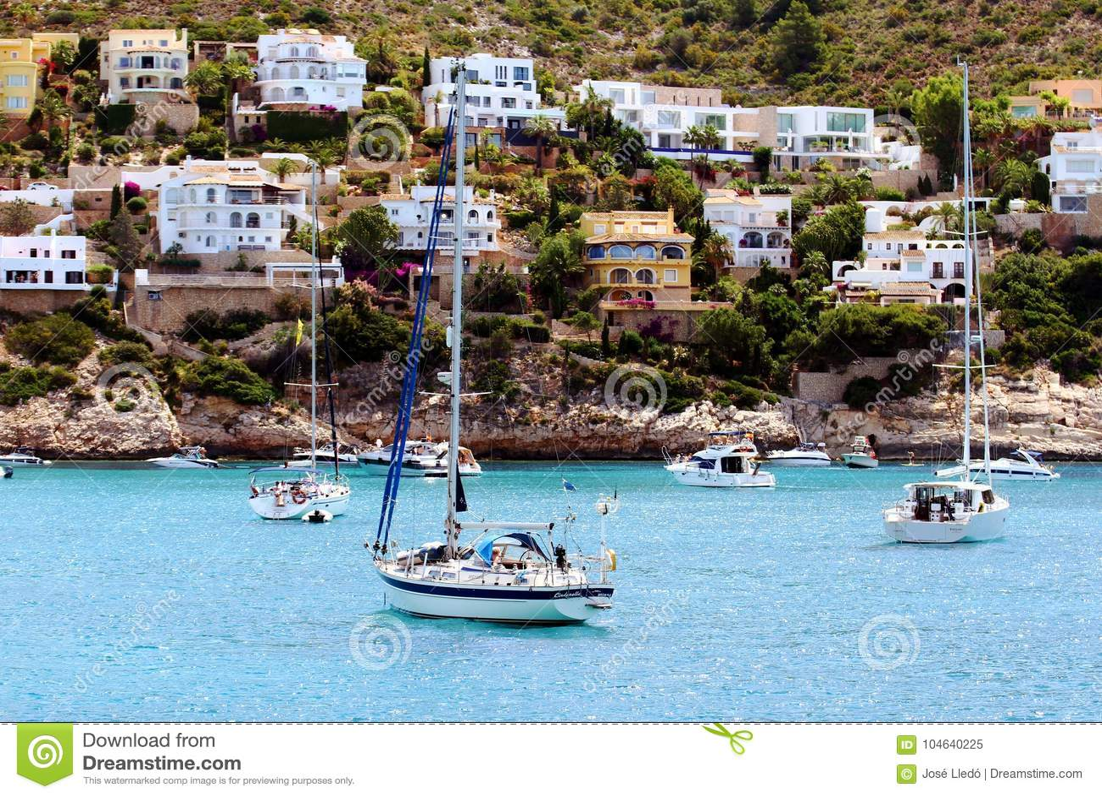 Download Toeristische Kust Van Moraira Met Al Type Van Jachten En Zeilboten Redactionele Afbeelding - Afbeelding bestaande uit haven, marina: 104640225