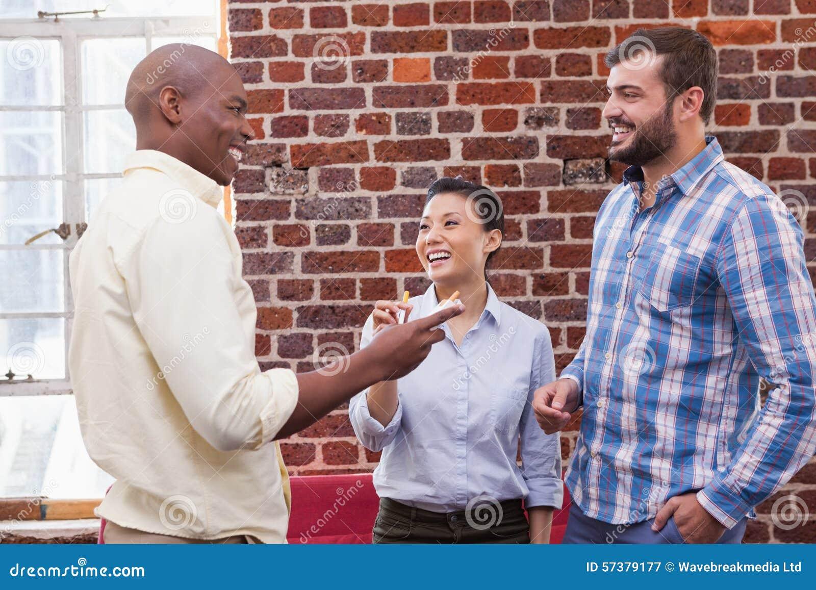 Toevallig commercieel en team die spreken lachen