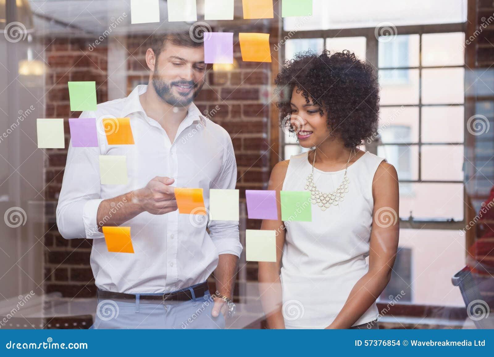 Toevallig commercieel team die kleverige nota s bekijken