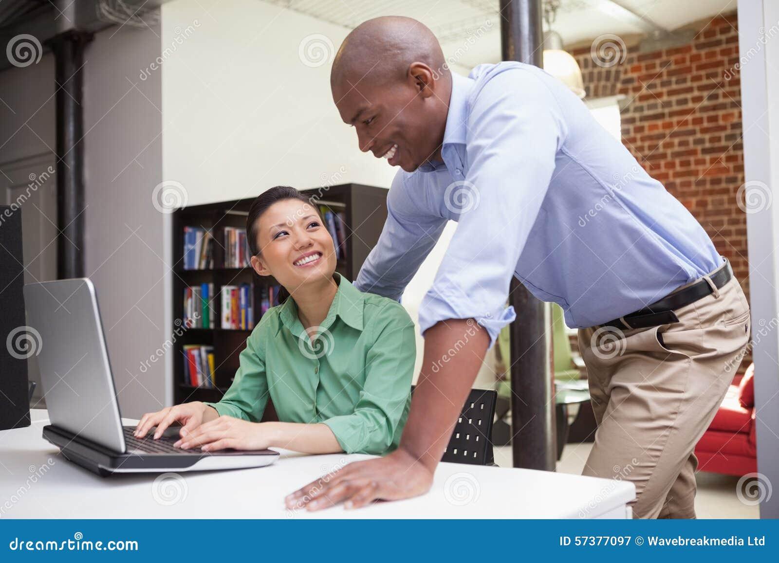 Toevallig commercieel team die laptop samen bekijken