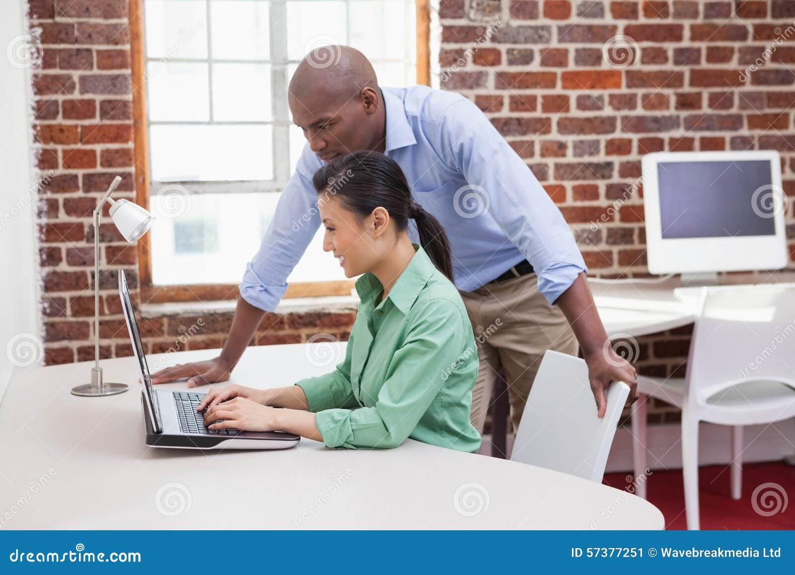 Toevallig commercieel team die samen met laptop werken