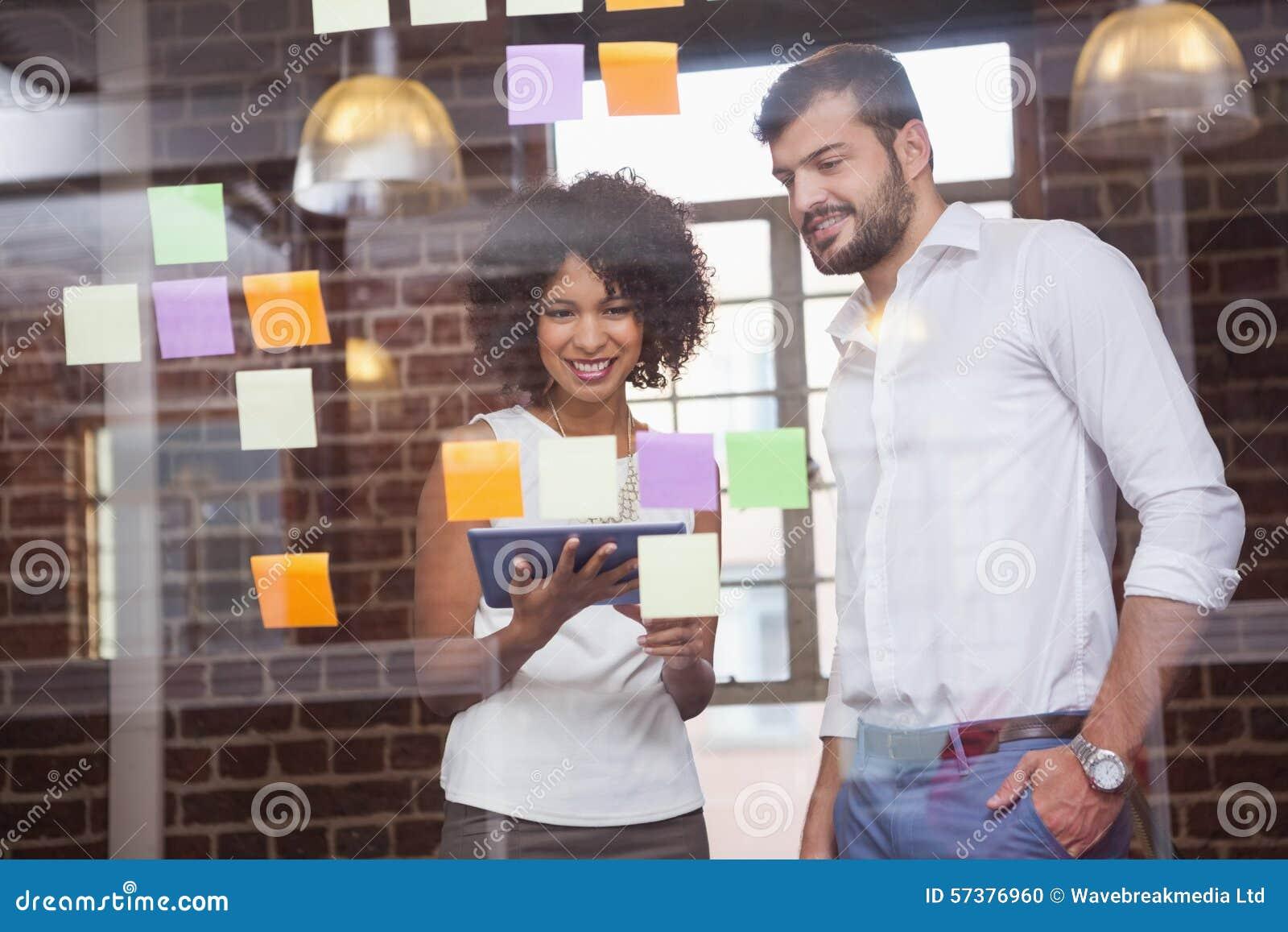 Toevallig commercieel team die tablet samen bekijken