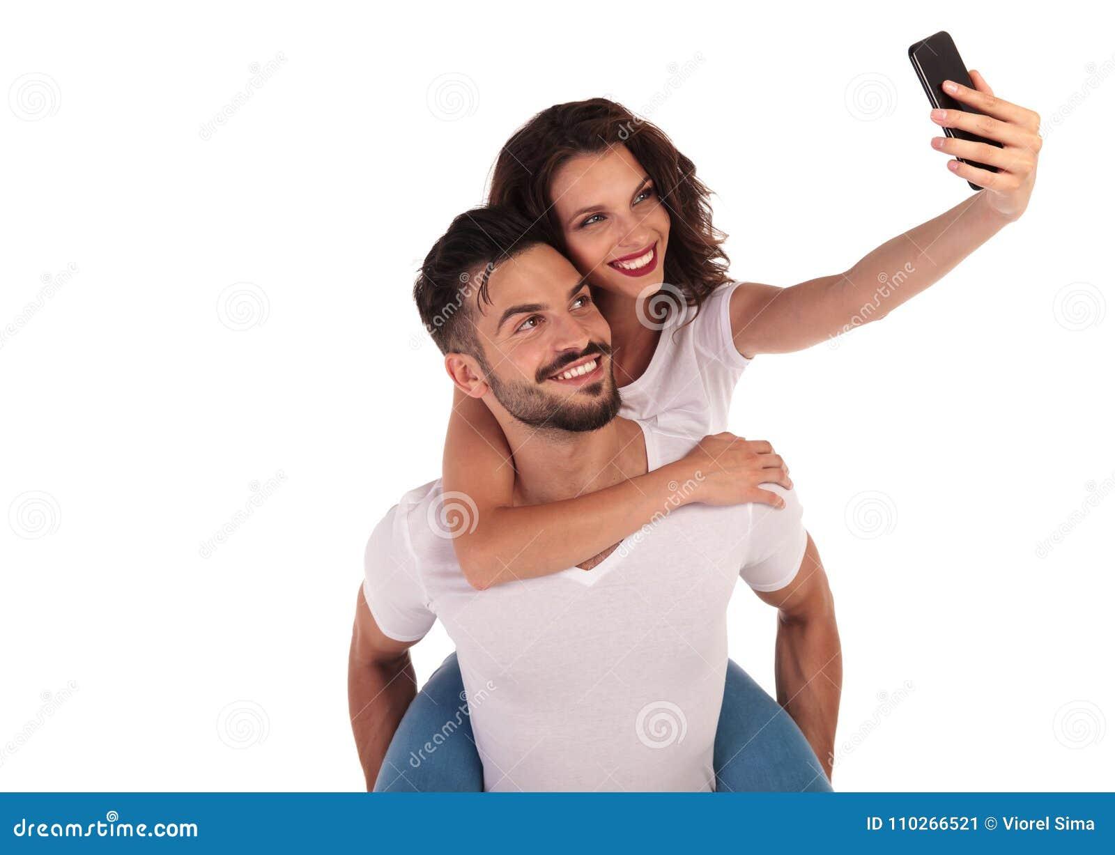 Toevallig gelukkig paar die een selfiebeeld met hun telefoon nemen