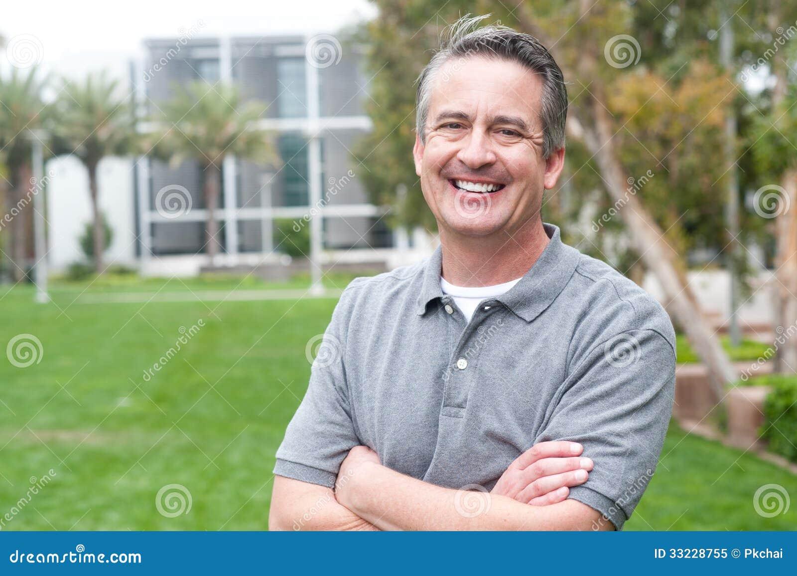 Toevallig portret van een rijpe, gelukkige mens