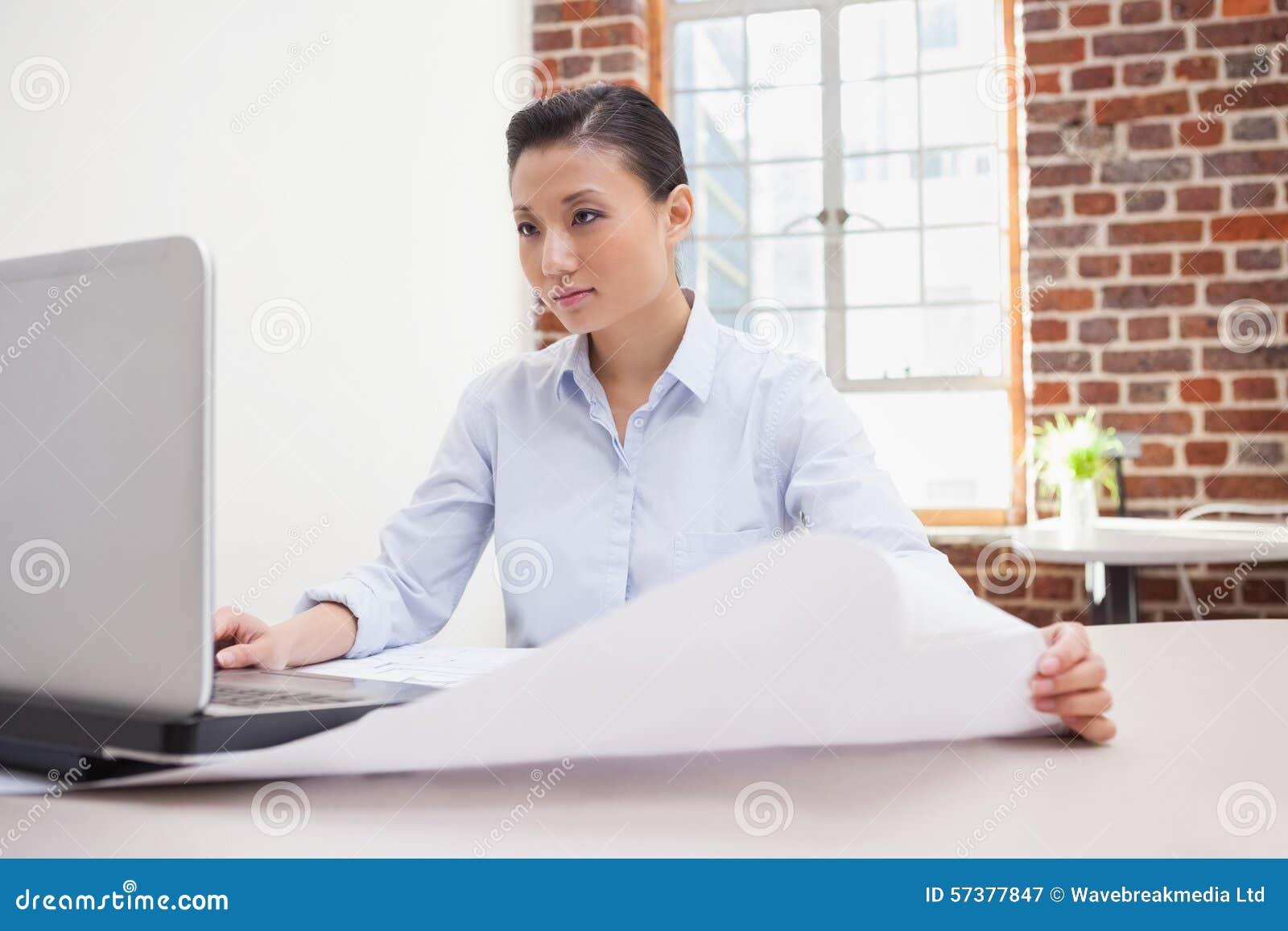 Toevallige architect die haar laptop met behulp van