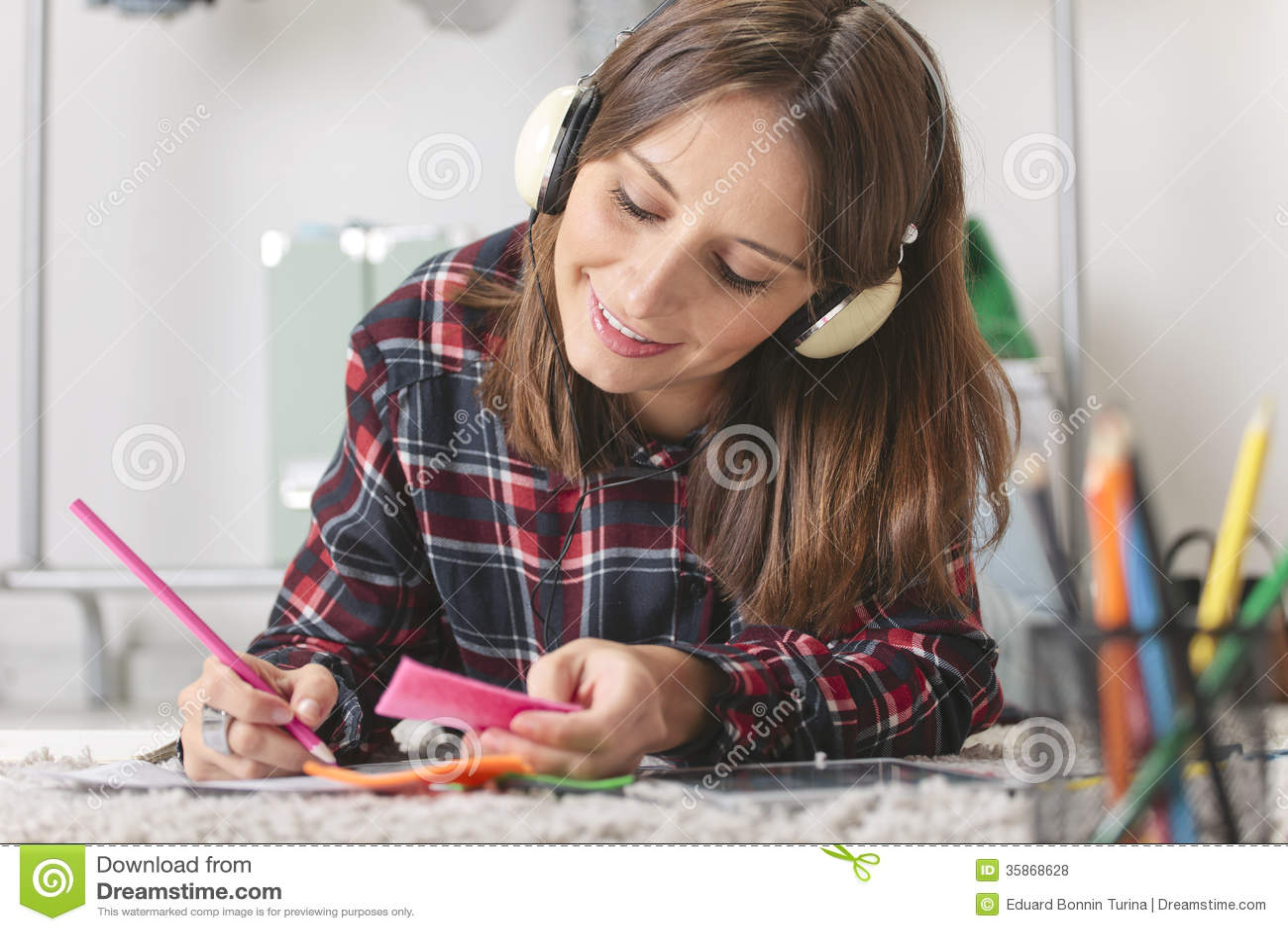 Toevallige bloggervrouw die manierschetsen in haar bureau doen.
