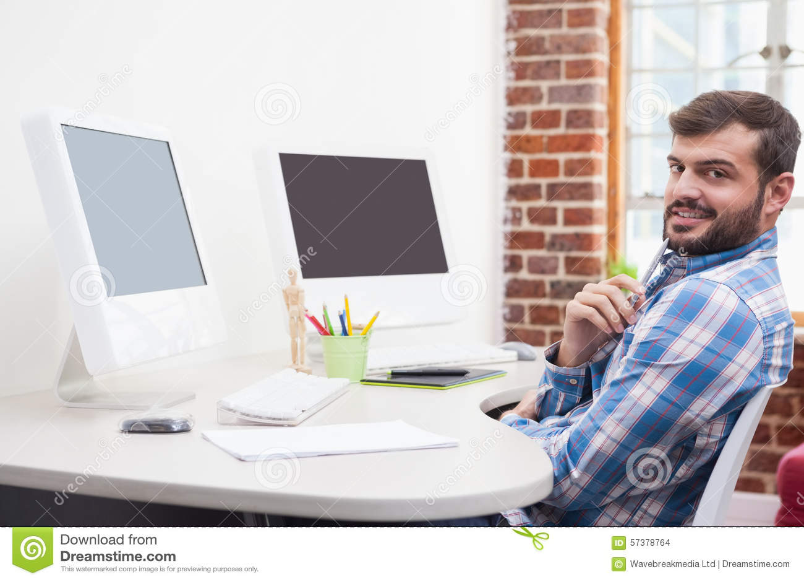 Toevallige zakenman die bij zijn bureau werken