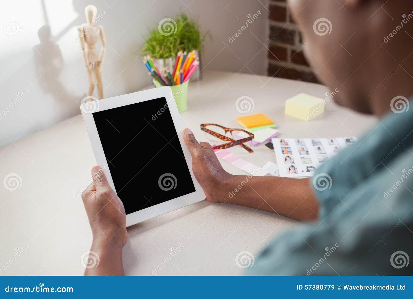 Toevallige zakenman die tabletpc met behulp van