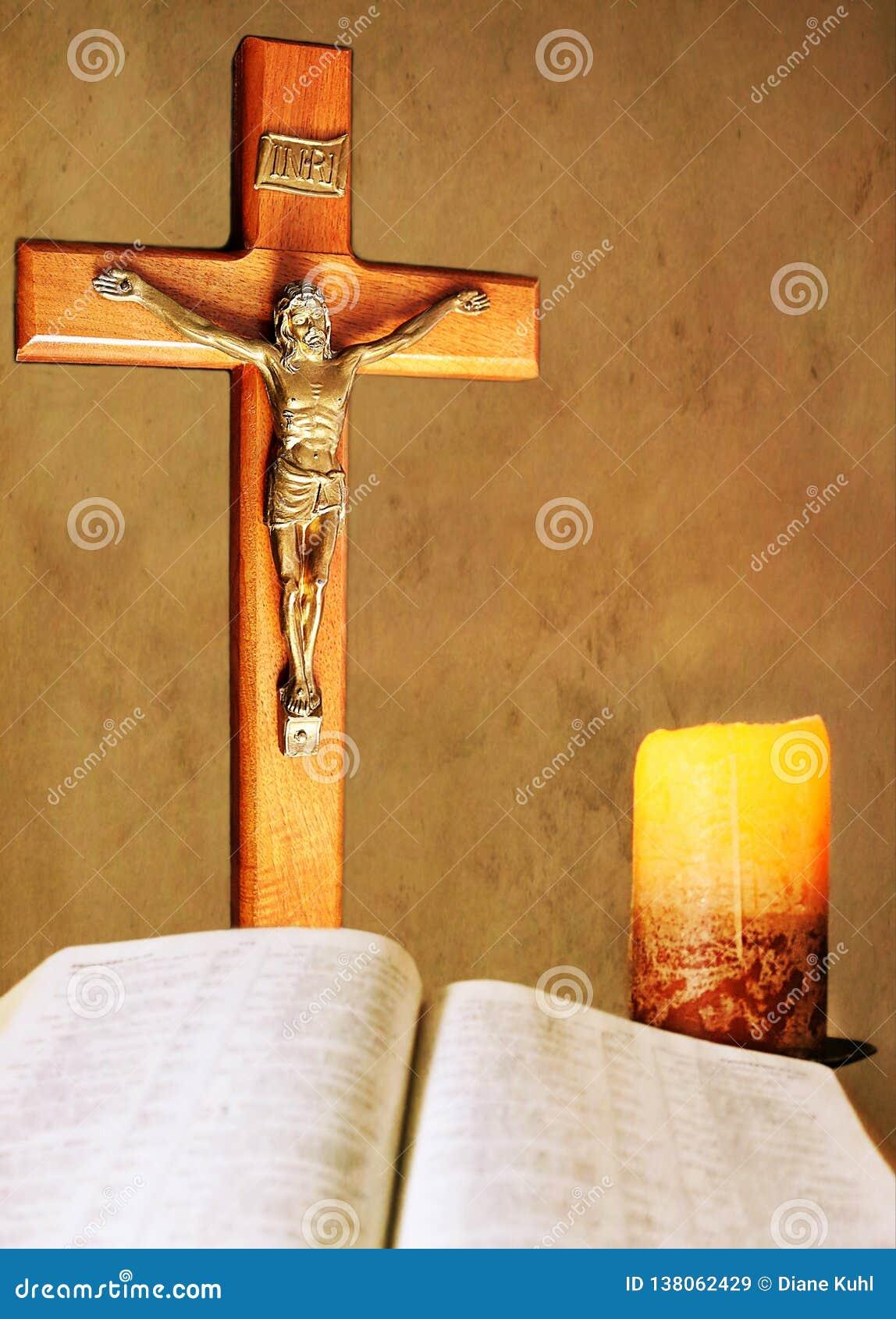 Toewijding door kaarslicht met kruisbeeld en Bijbel