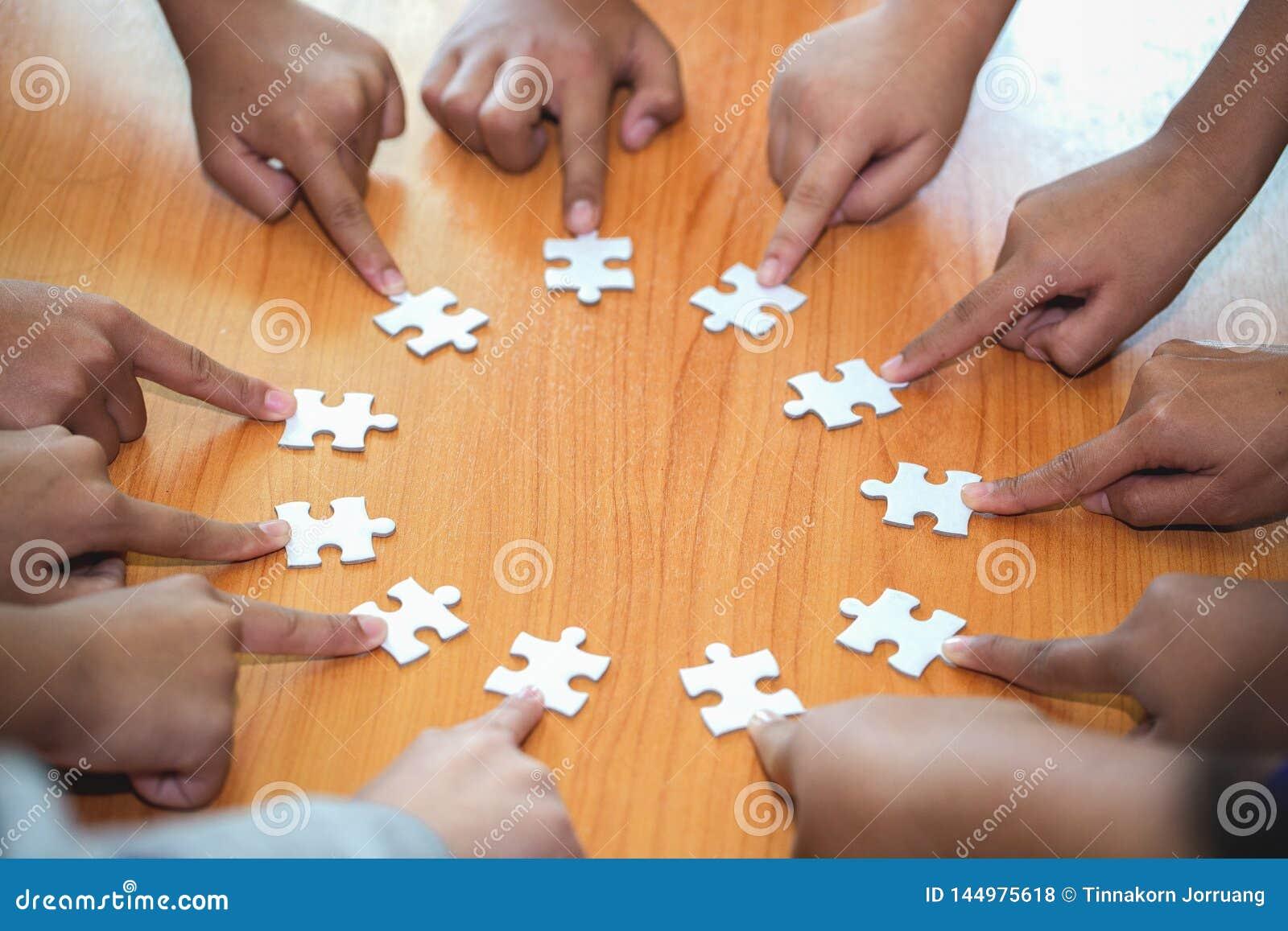 企业概念,小组商人聚集的拼图和代表队支持和帮助togethe