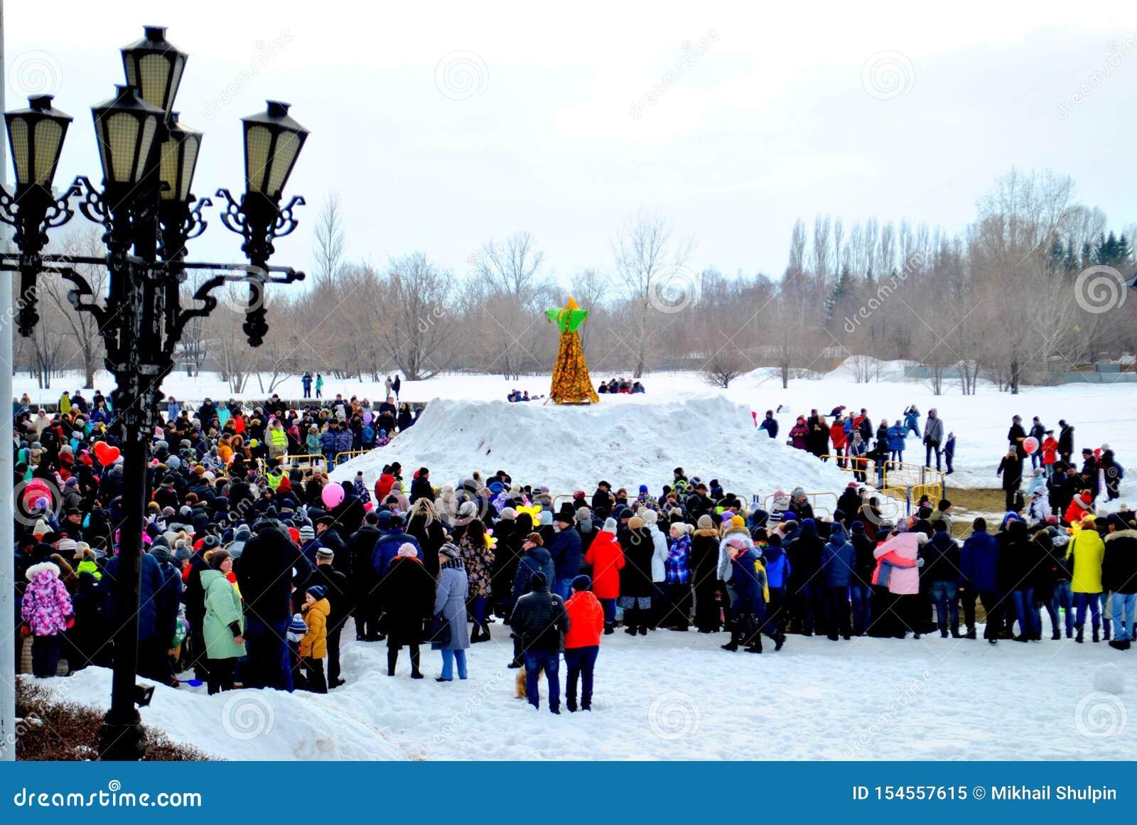 Celebration of Maslenitsa: people are waiting for the moment of burning stuffed Maslenitsa.