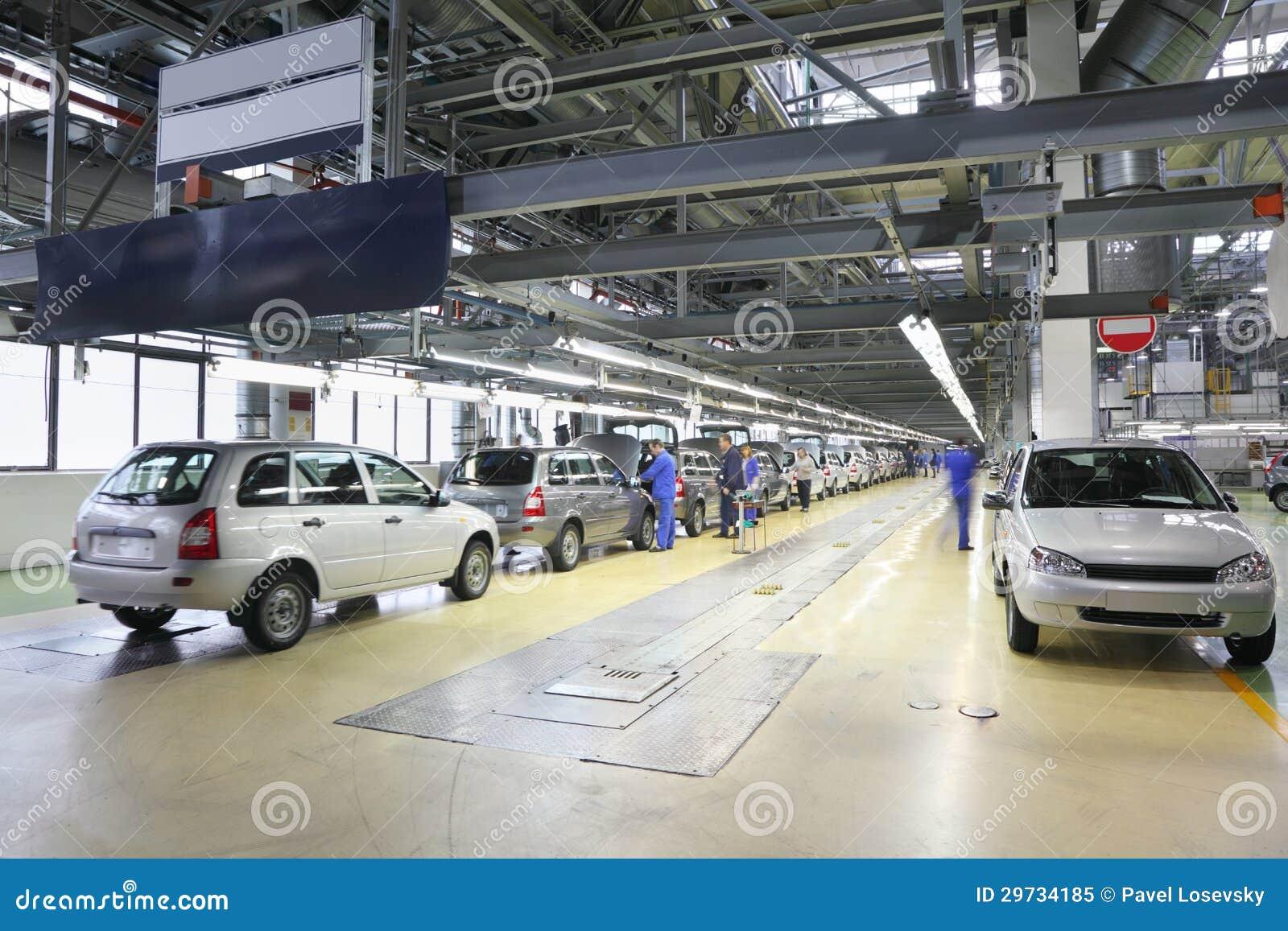 Samochody na linii montażowej przy Avtovaz fabryką