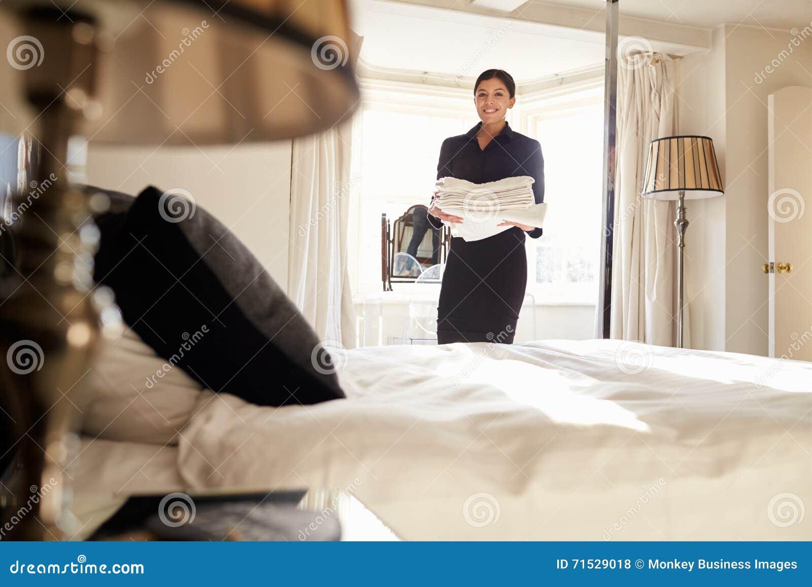 Nettoyage De Femme De Chambre De Femme Dans Une Chambre à Coucher ...