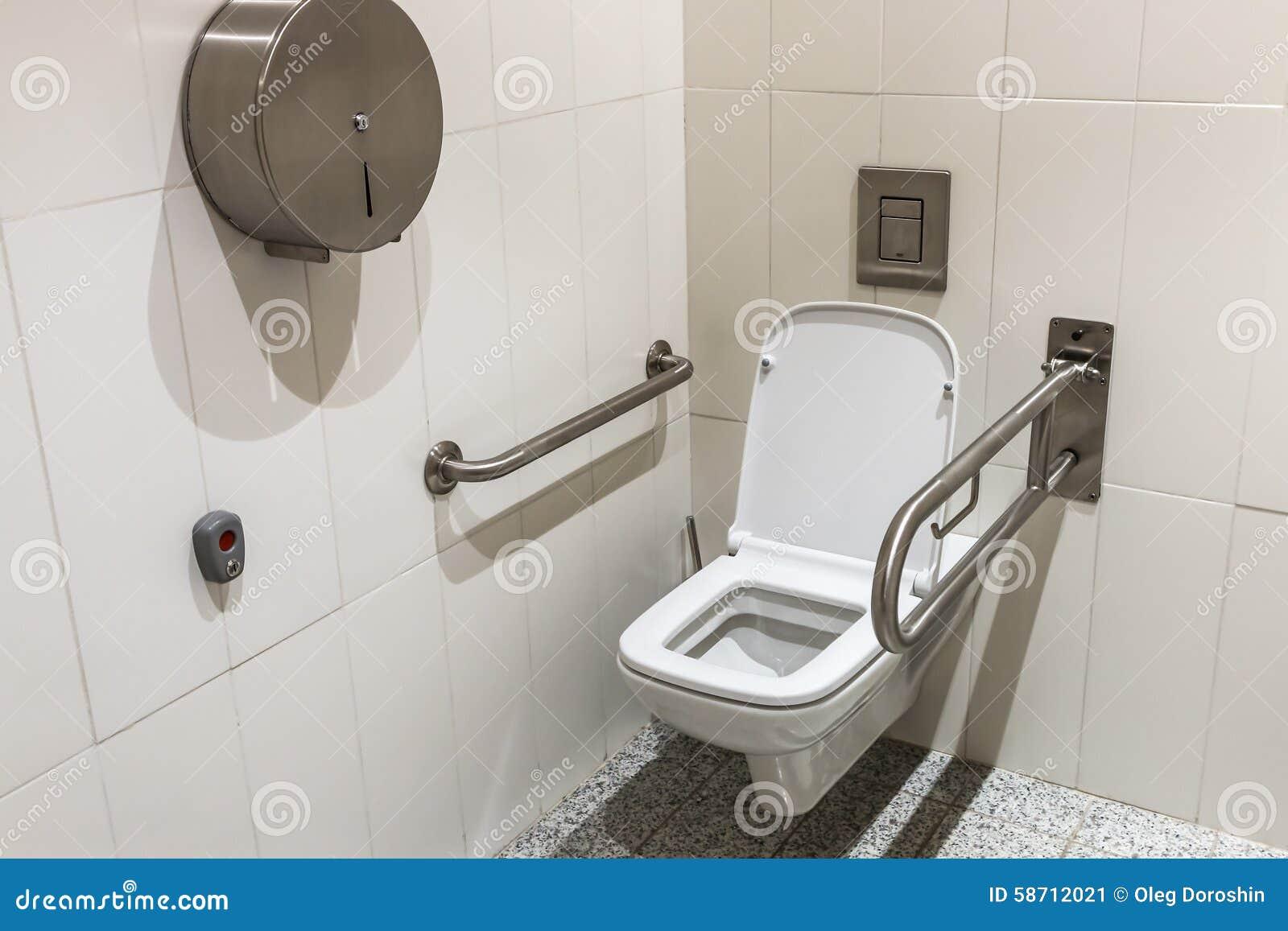 toilet met leuningen voor de gehandicapten stock foto afbeelding