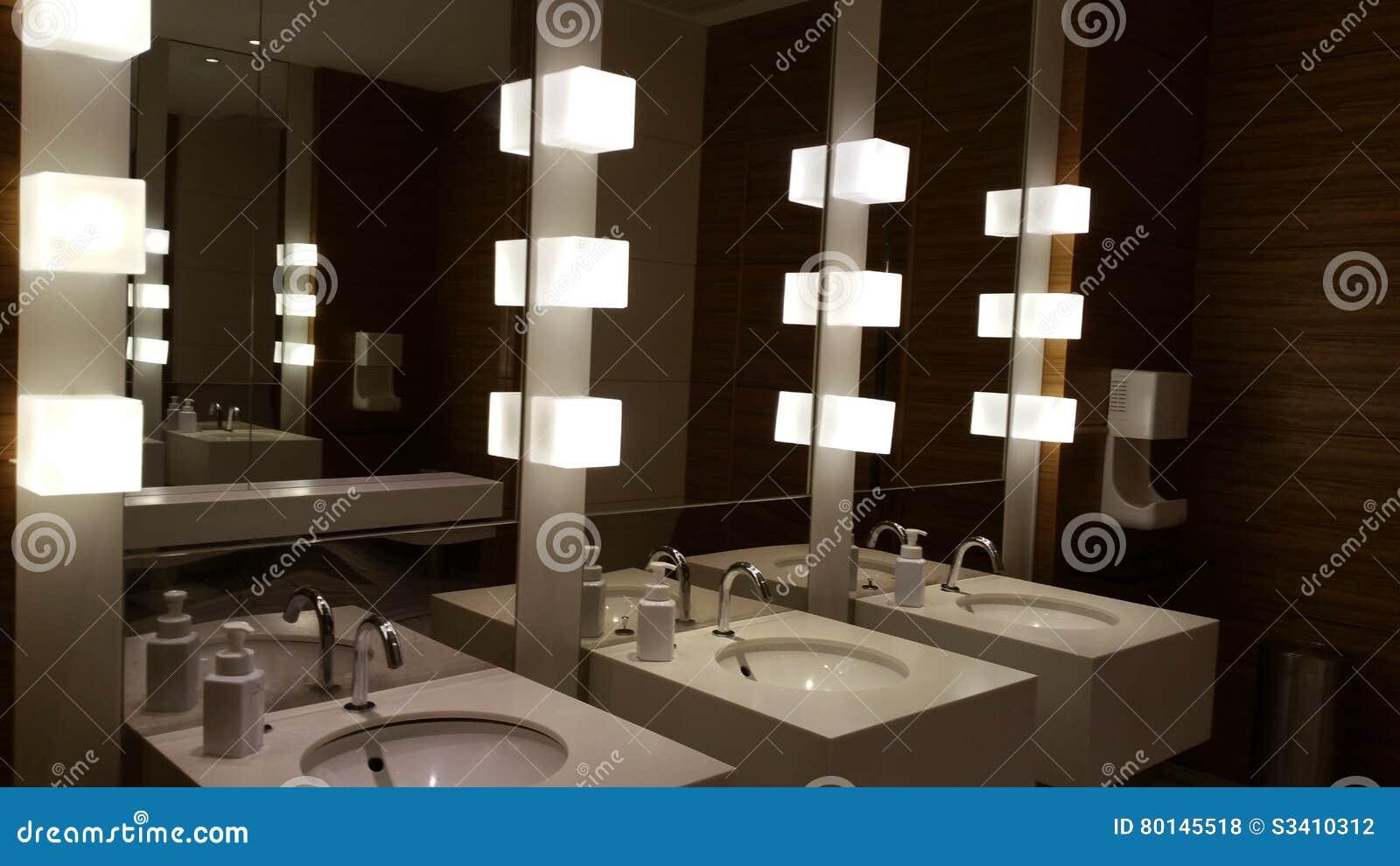 Toilet in zwart wit stock foto afbeelding bestaande uit deur