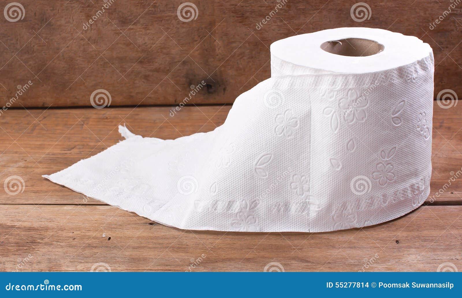 Toiletpapierbroodje, dat op een houten bureau rust