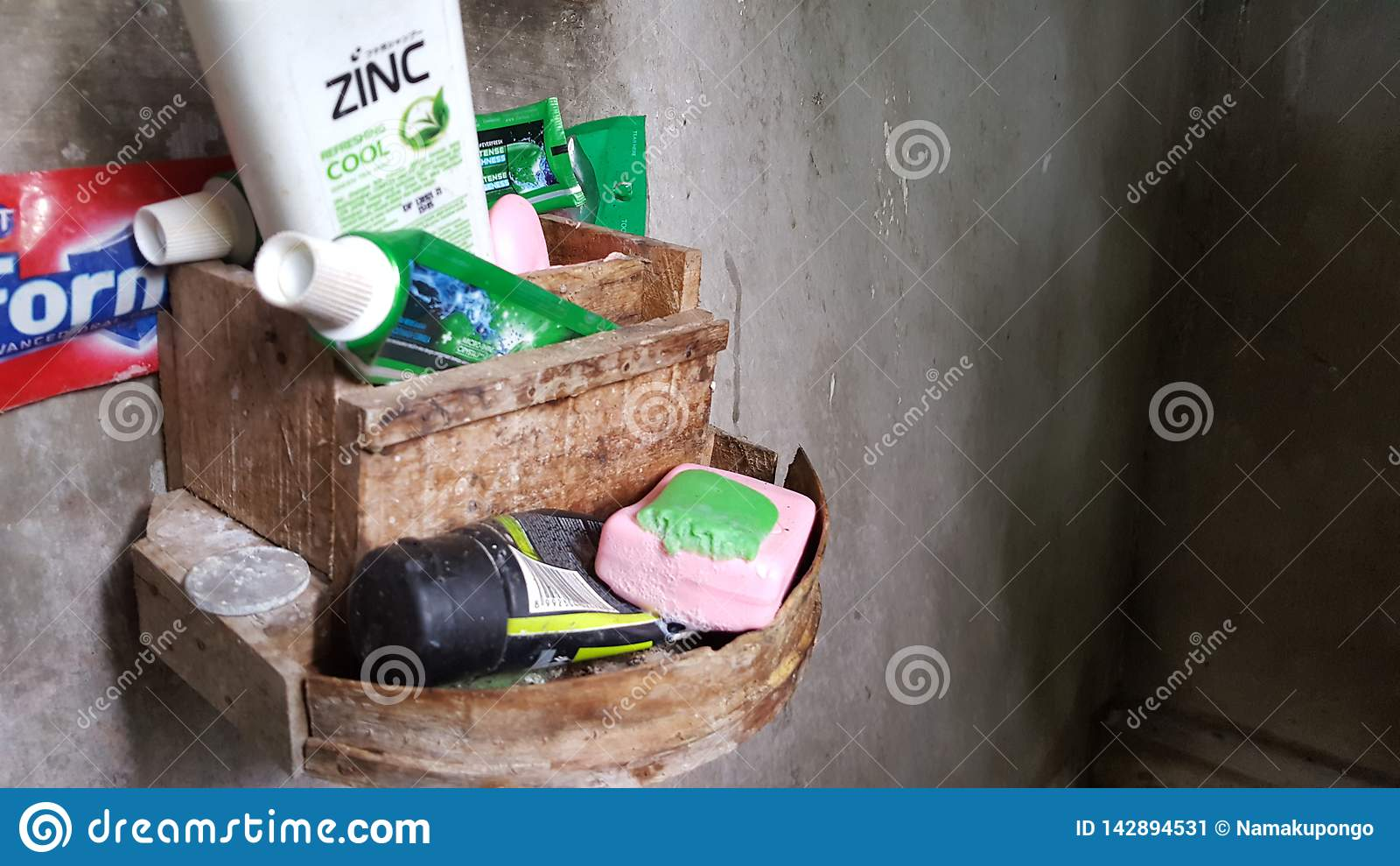 Toiletries, mydło, pasta do zębów, toothbrushes, szampon
