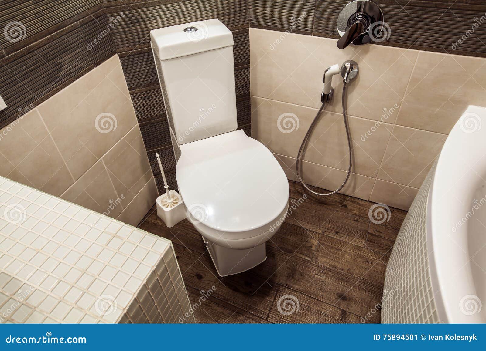 Toiletruimte in skandinavische die stijl met witte ingebouwd