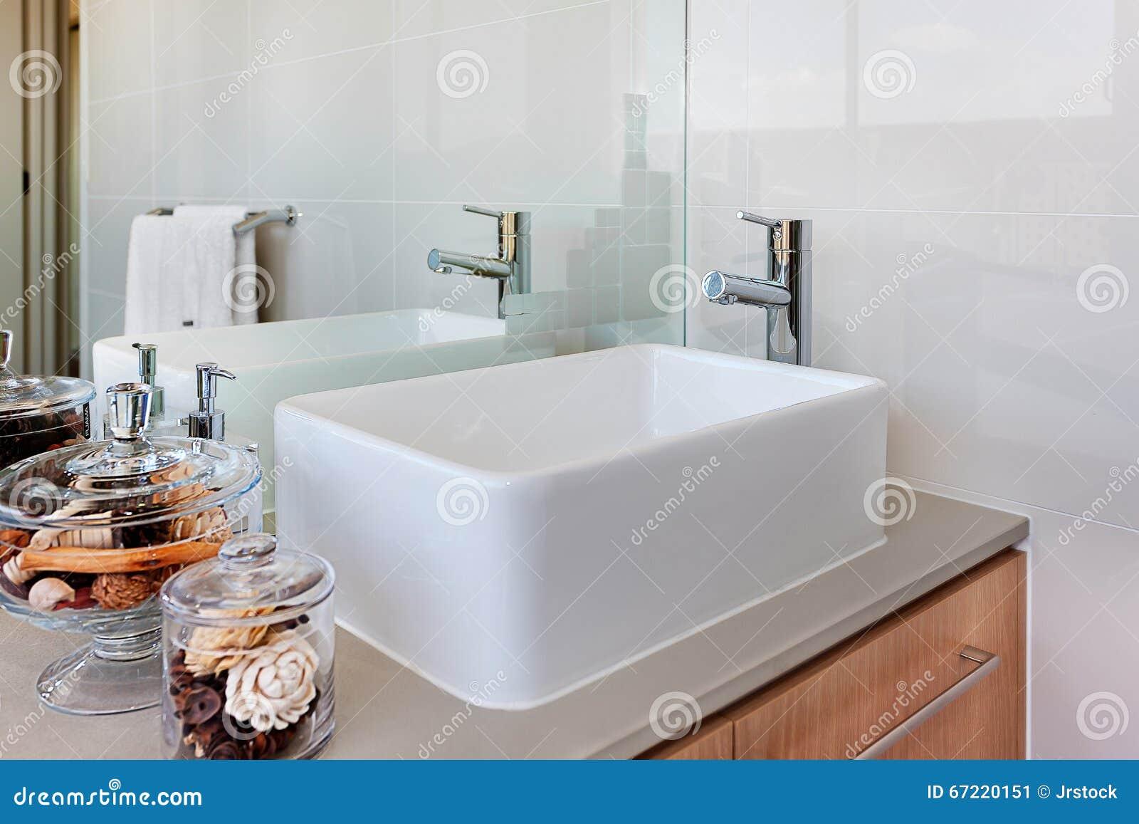 Toilettafel Met Spiegel.Toilettafel Met Tapkraan En Spiegel Stock Afbeelding Afbeelding