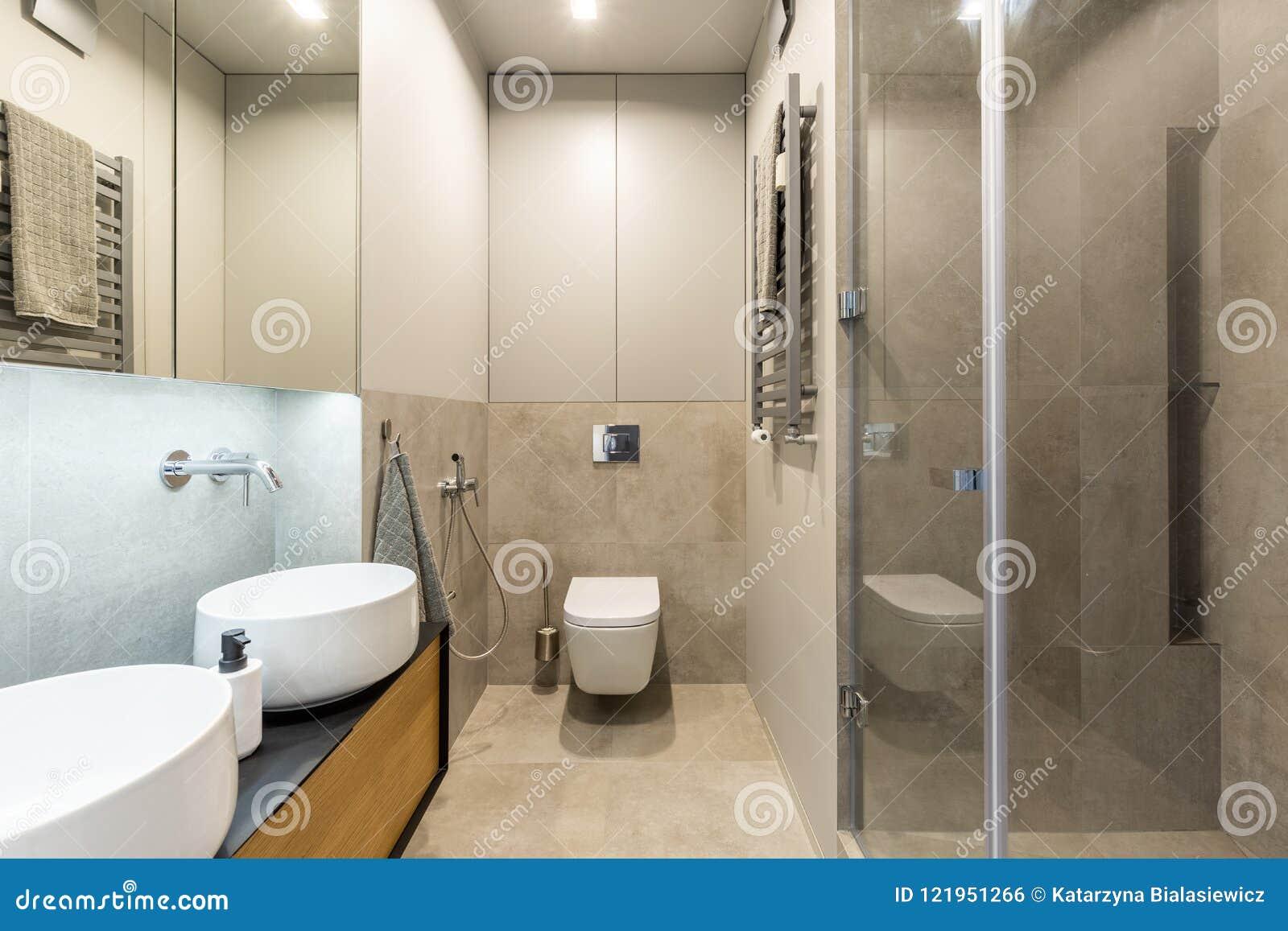 Toilette Blanche Contre Le Mur Beige Dans L\'intérieur ...
