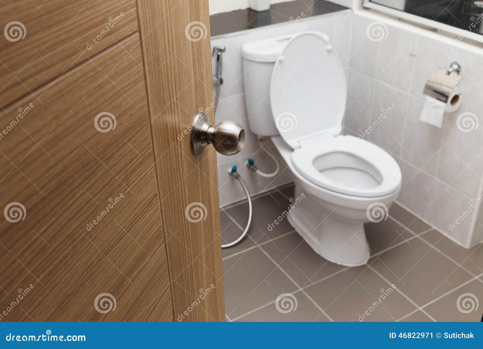 Toilette blanche dans l'intérieur moderne de salle de bains photo ...