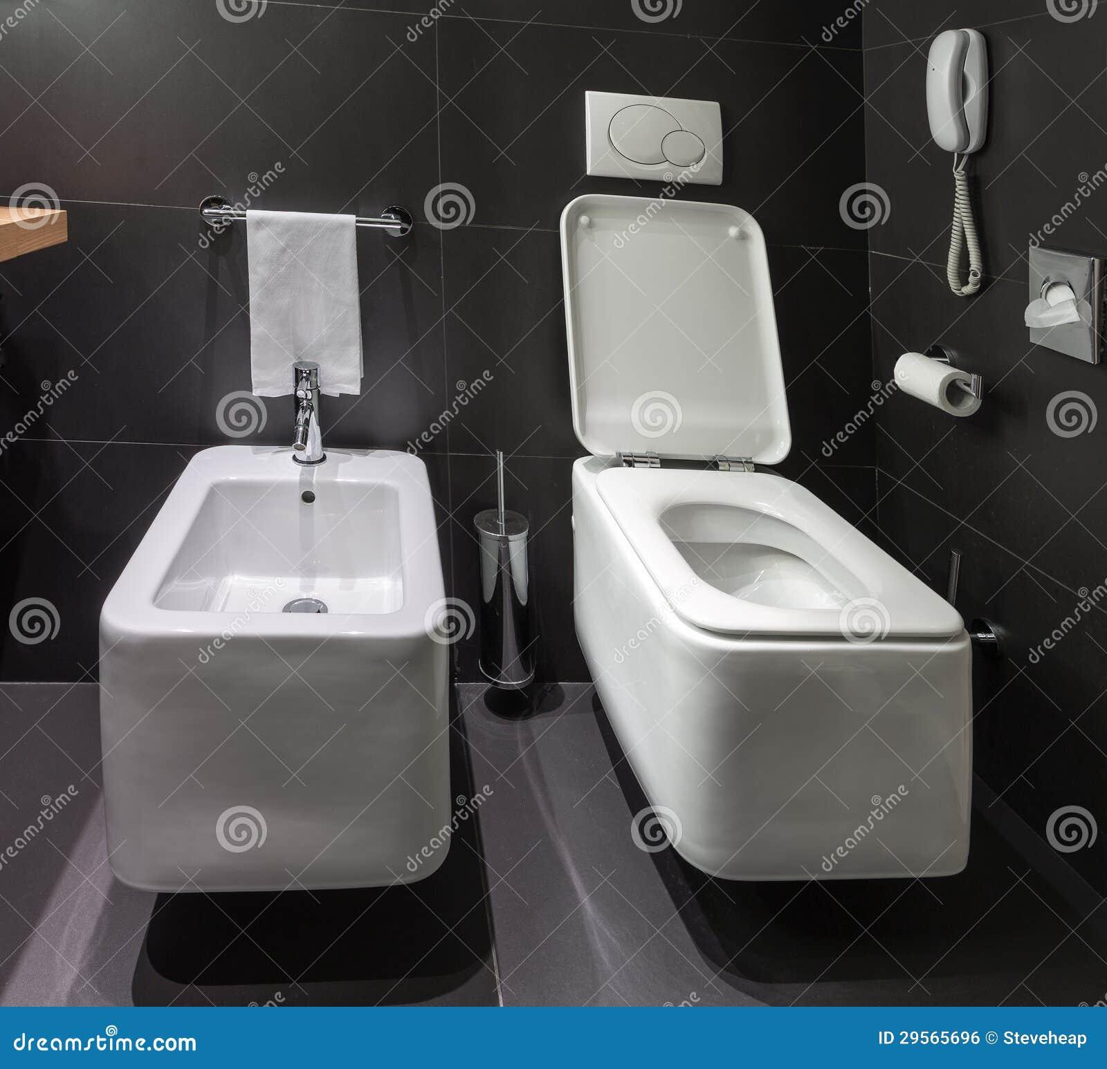 Toilette e bidet moderni in bagno immagine stock libera da - Toilette da bagno ...