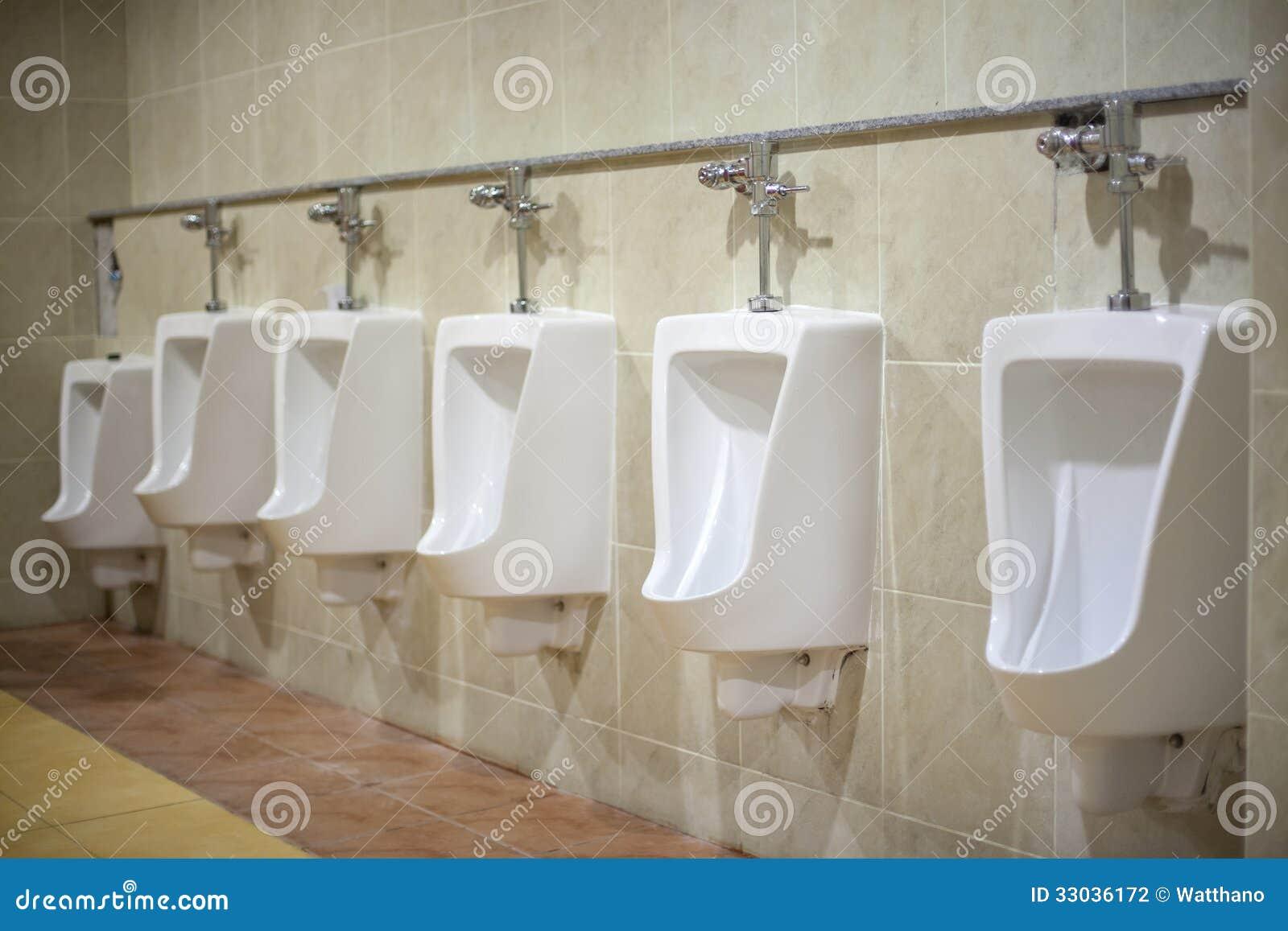 Toilette en c ramique blanche fix e au mur dans la salle - Salle de bain carrelee ...