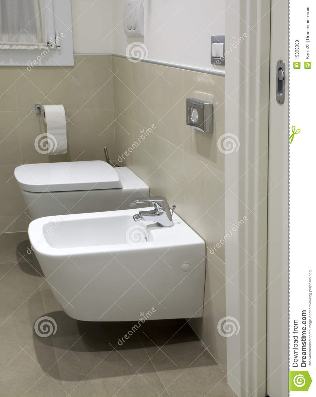 toilette et bidet dans la salle de bains d 39 h tel photos libres de droits image 19803338. Black Bedroom Furniture Sets. Home Design Ideas
