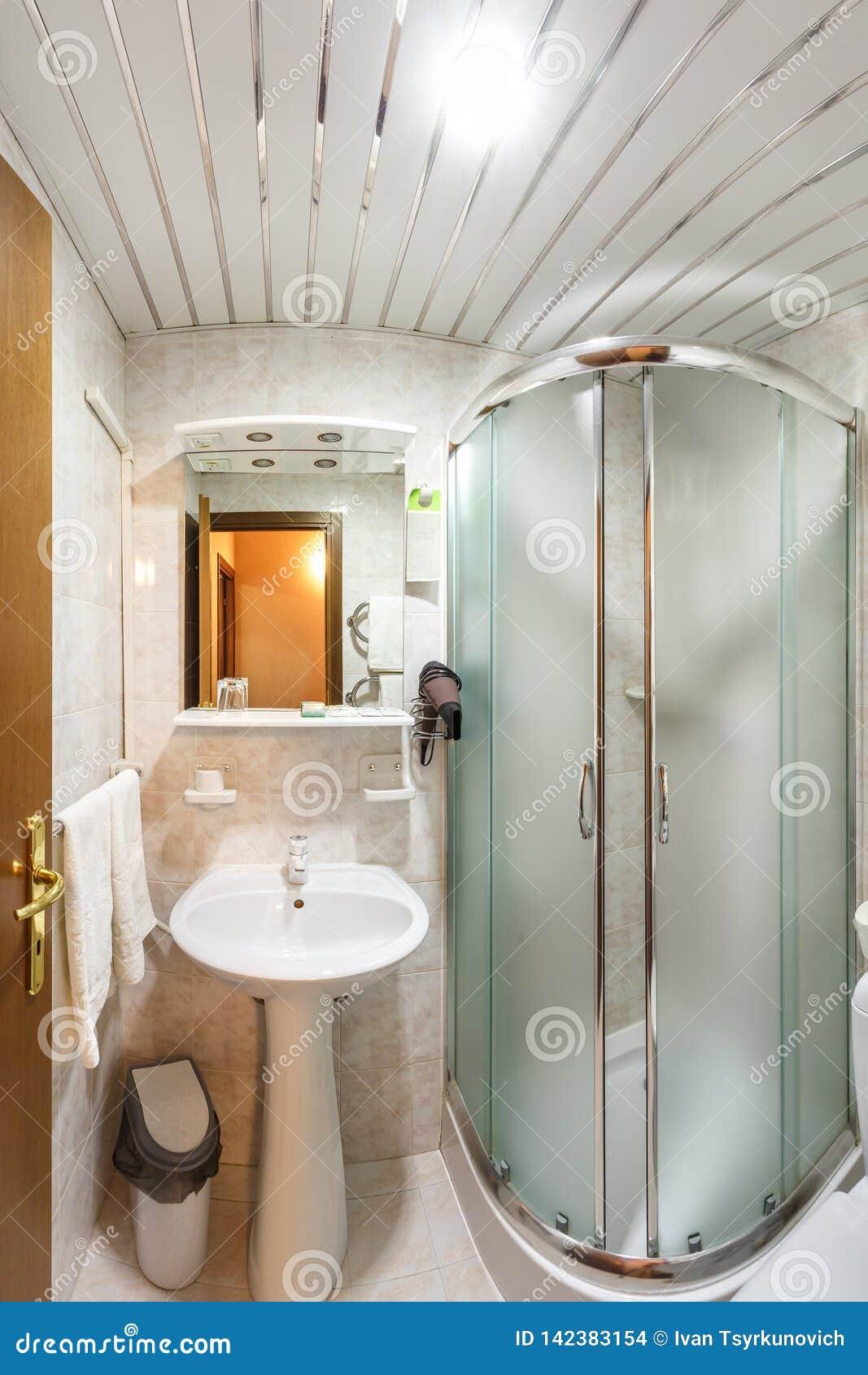 Toilette et détail d une cabine faisante le coin de douche avec la salle de bains de ½ de ¿ d ï de ½ de ¿ d ï d attachement de do
